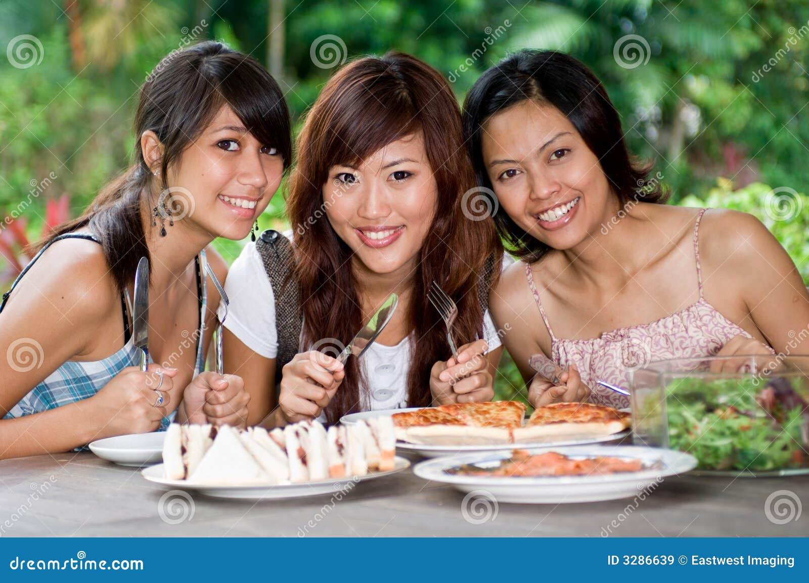 Comida campestre con los amigos