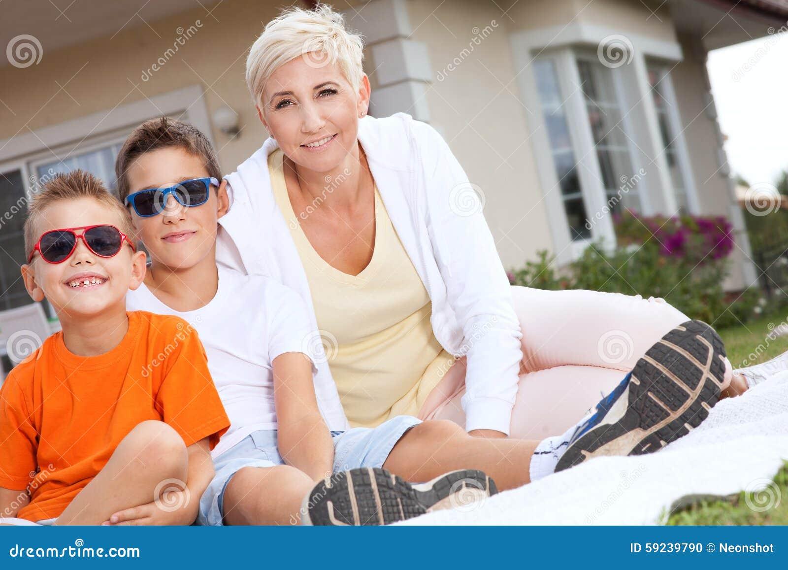 Download Comida Campestre De La Familia Foto de archivo - Imagen de gente, paternidad: 59239790