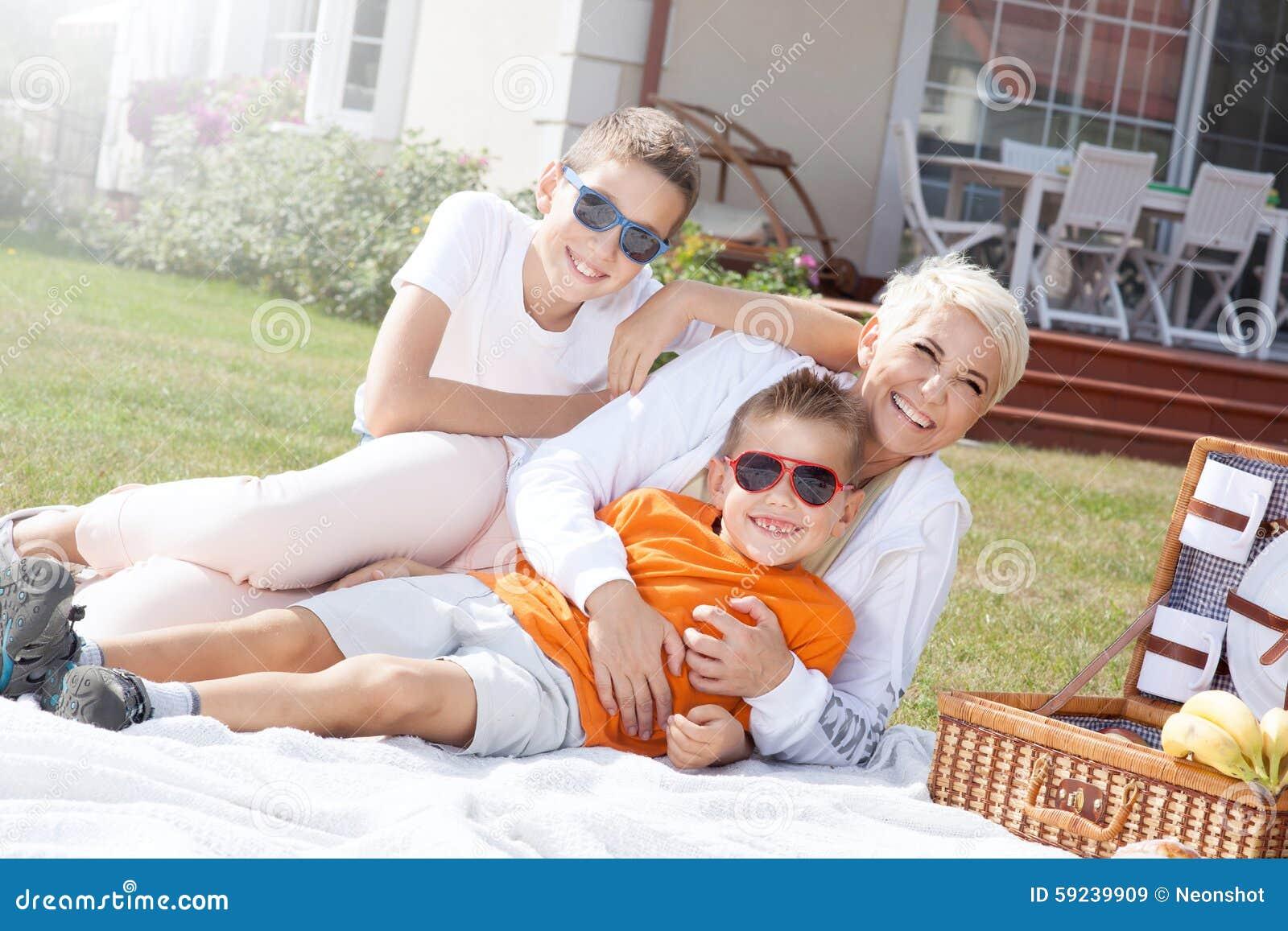 Download Comida Campestre De La Familia Imagen de archivo - Imagen de caucásico, lifestyle: 59239909