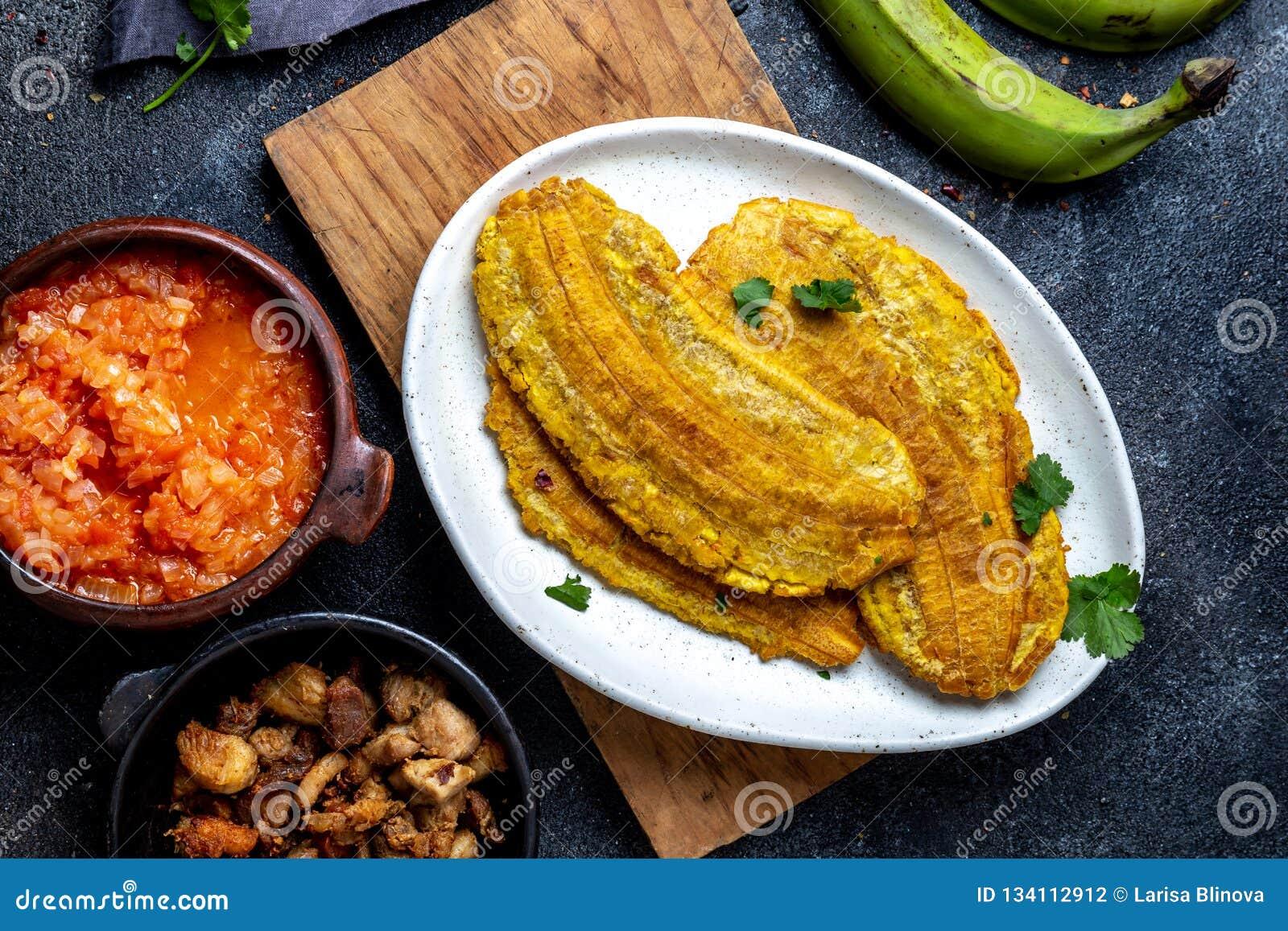 COMIDA CENTROAMERICANA DEL CARIBE COLOMBIANA Patacon o plátano verde entero del toston, frito y aplanado del llantén en blanco