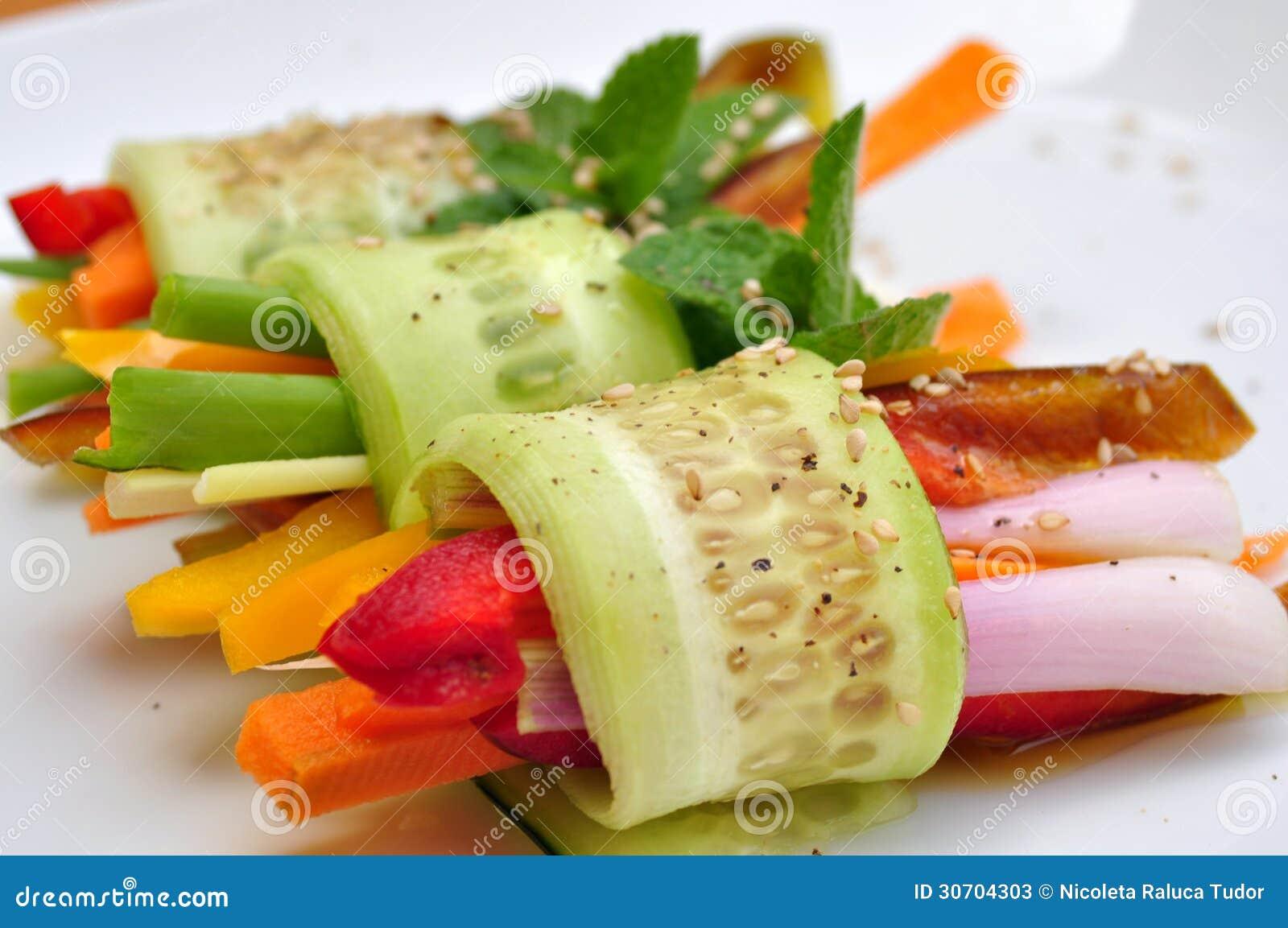 Comida cruda del vegano con el pepino pimienta cebolla - Fotos de comodas ...