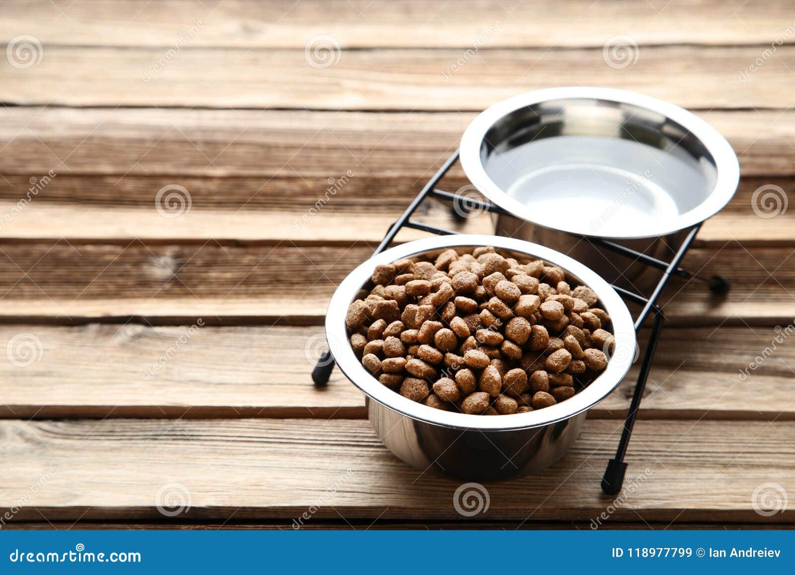 Comida de gato e água