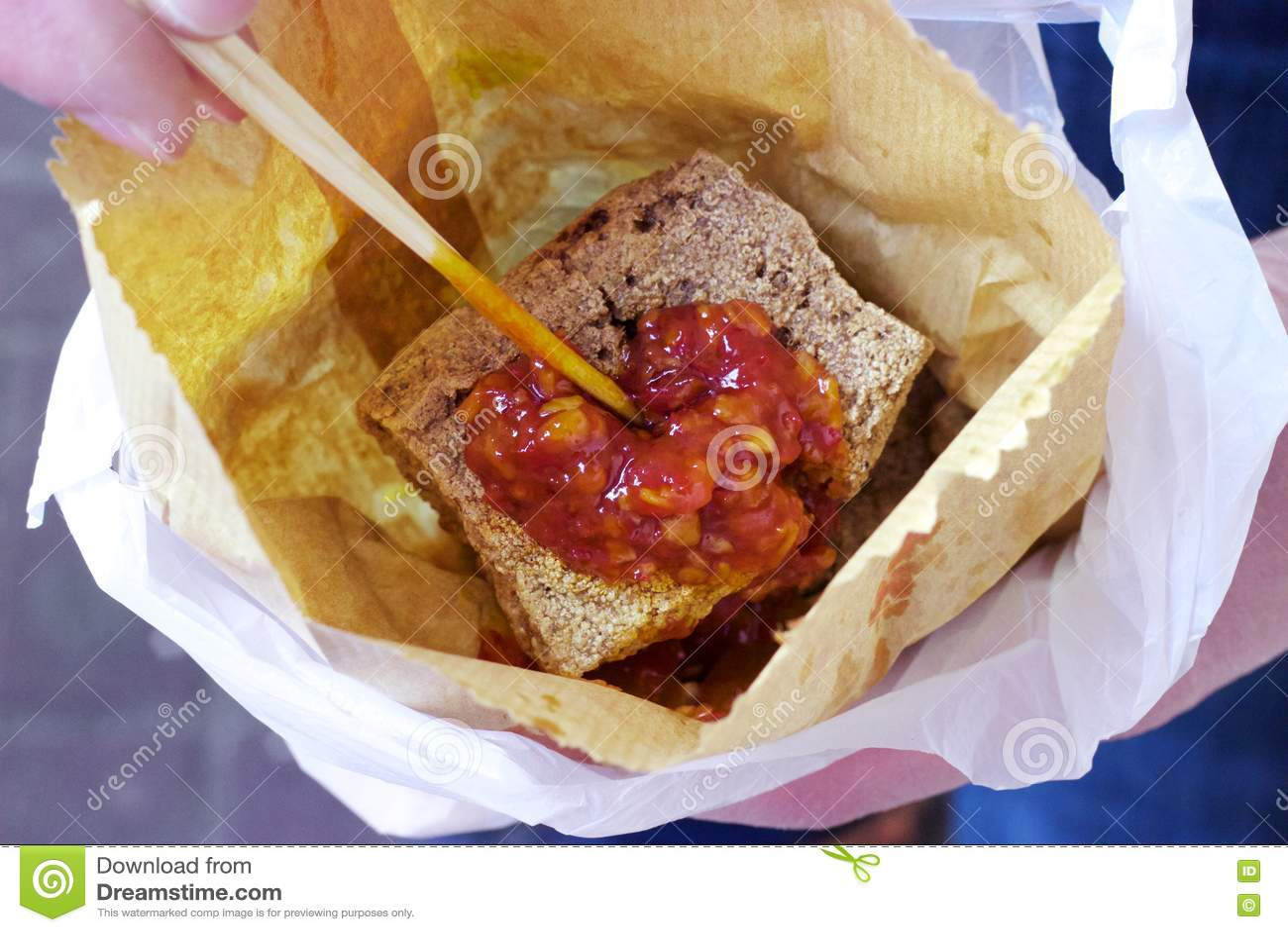 Comida de la calle de Hong Kong: Queso de soja Stinky, salsa de chile, bolsa de papel