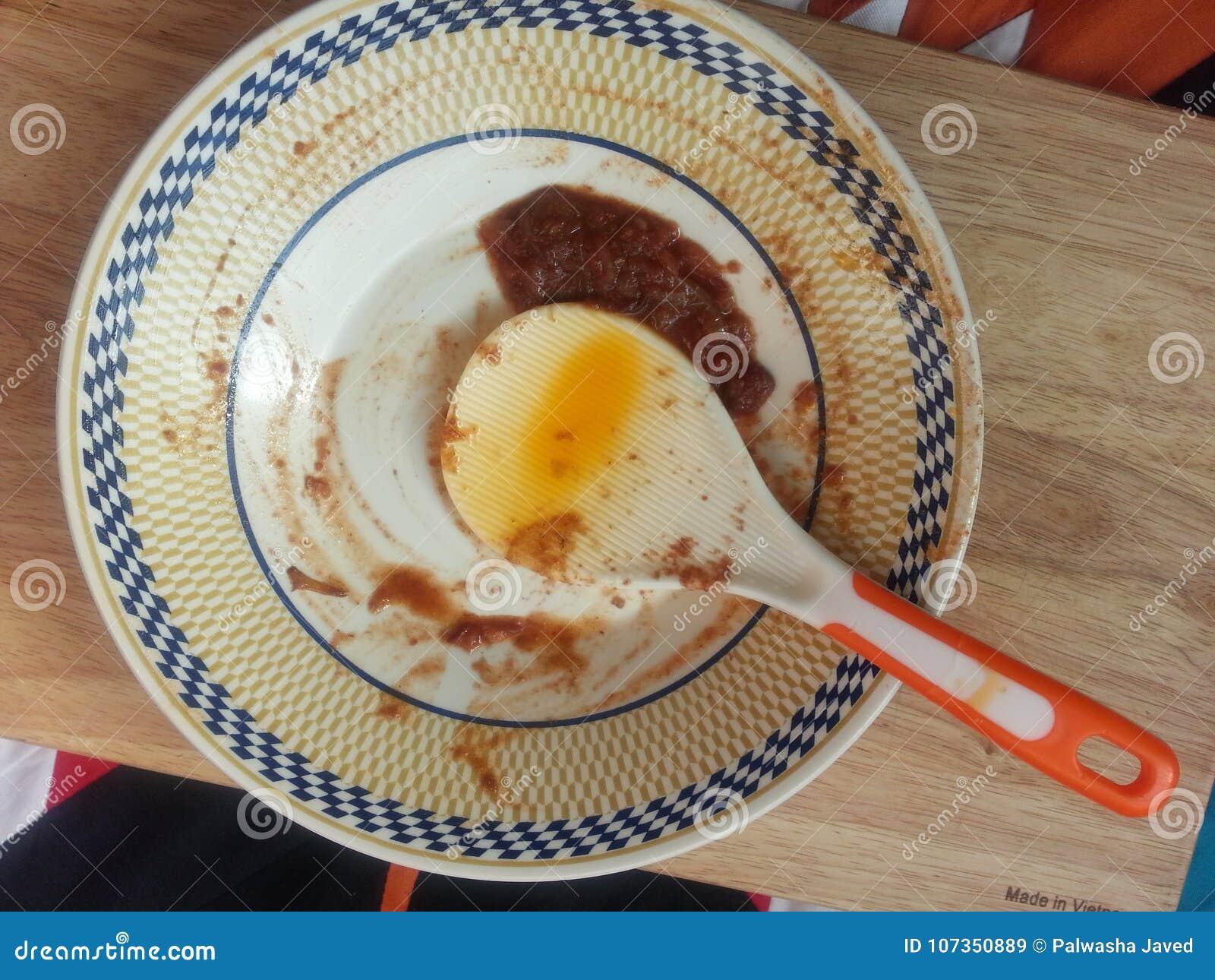 Comida de sobra de un plato y de una cuchara