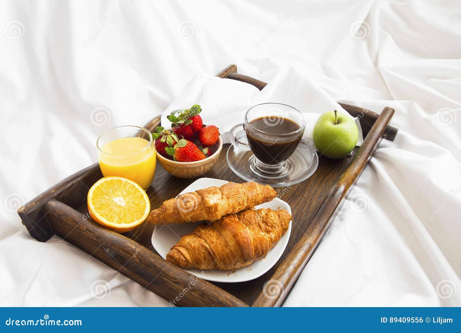 Comida del desayuno en cama en una bandeja de madera con el caf cruasanes a foto de archivo - Bandeja desayuno cama ...