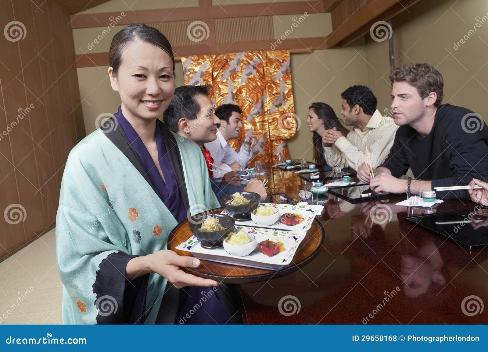 Comida del servicio de Holding Plates To del camarero