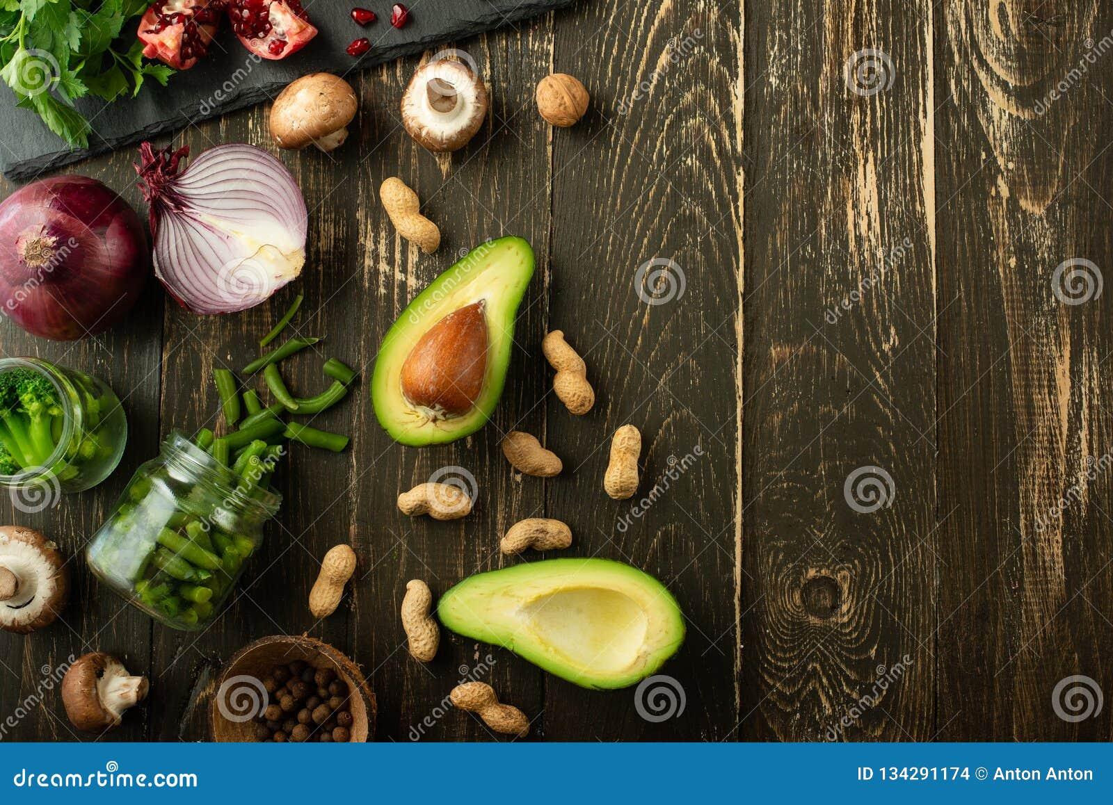 Comida del vegano, detox, aguacate, fruta, habas verdes, bróculi, nueces y setas Dieta y comida, vitaminas y deportes sanos Plano