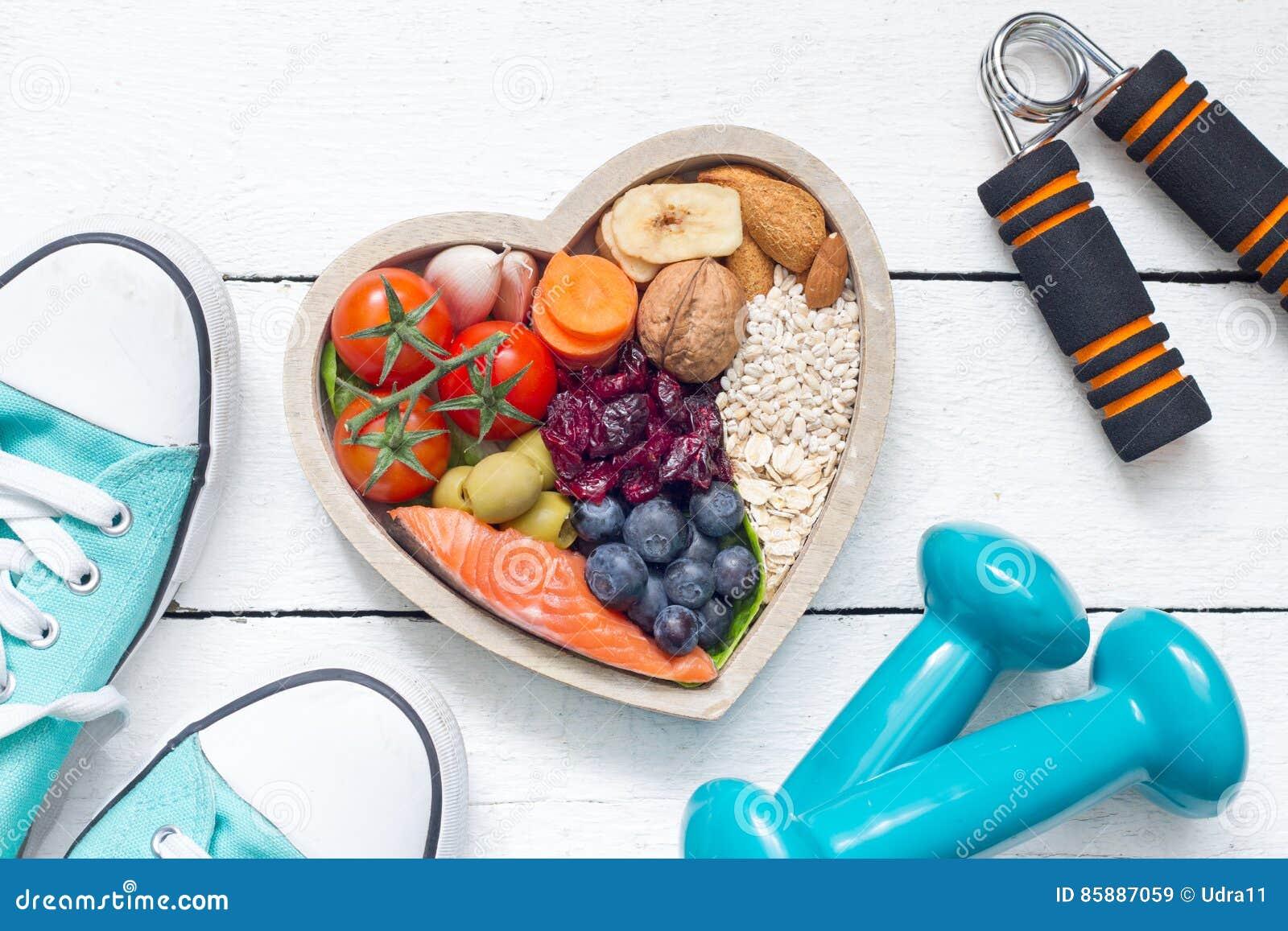 Comida en corazón y concepto sano de la forma de vida del extracto de la aptitud de las pesas de gimnasia