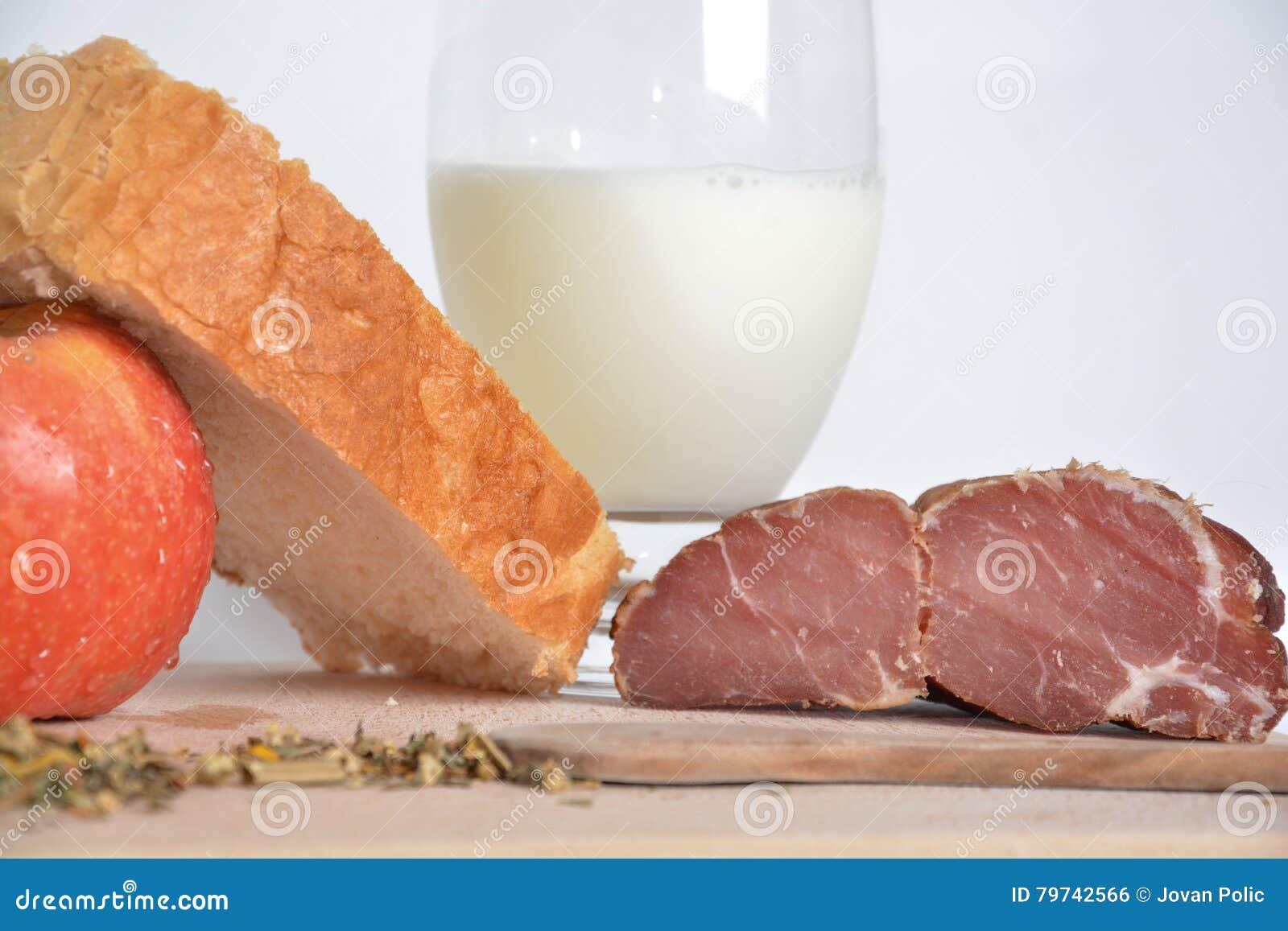 Comida en un tablero de madera