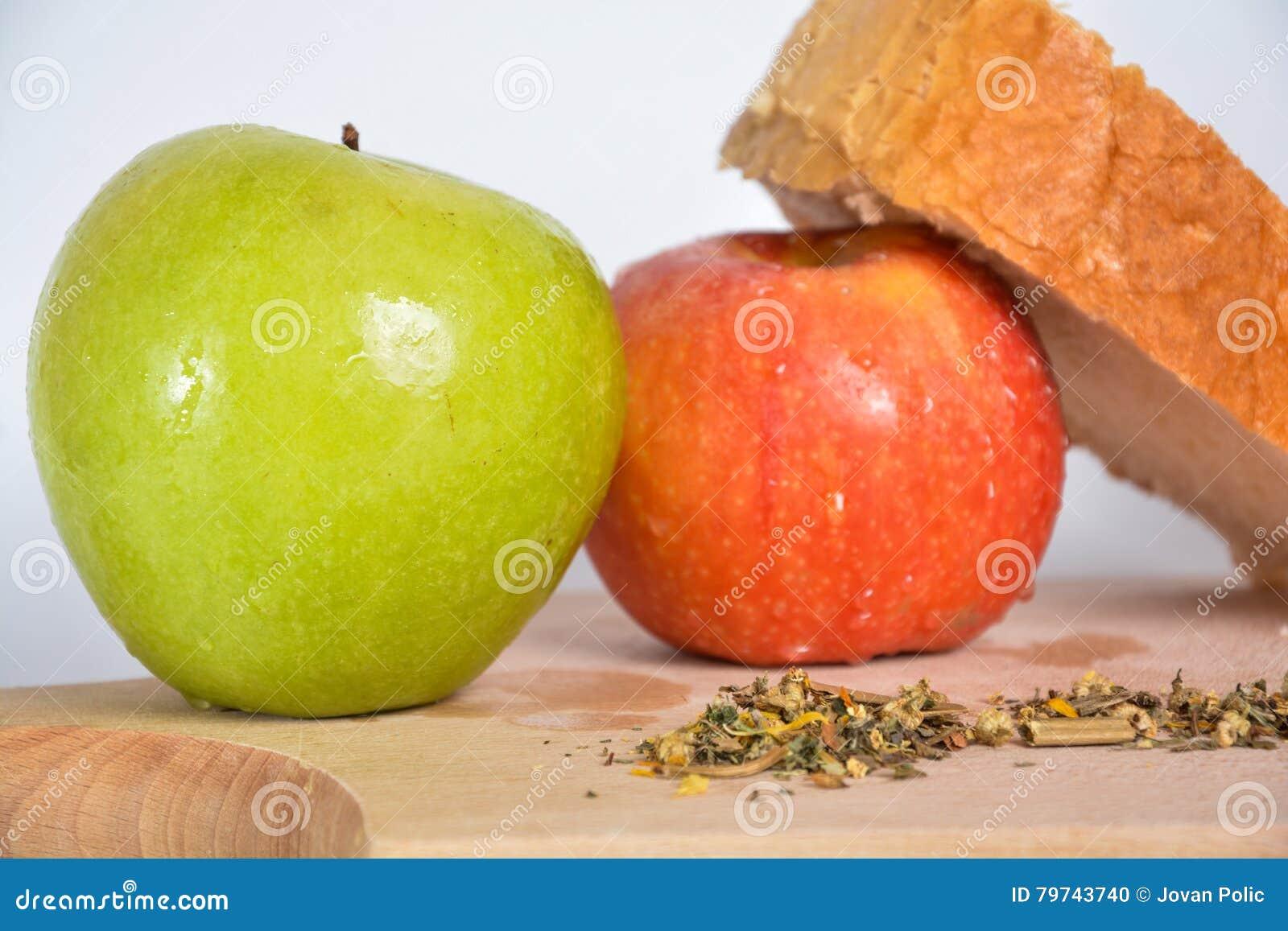 Comida en una placa de madera