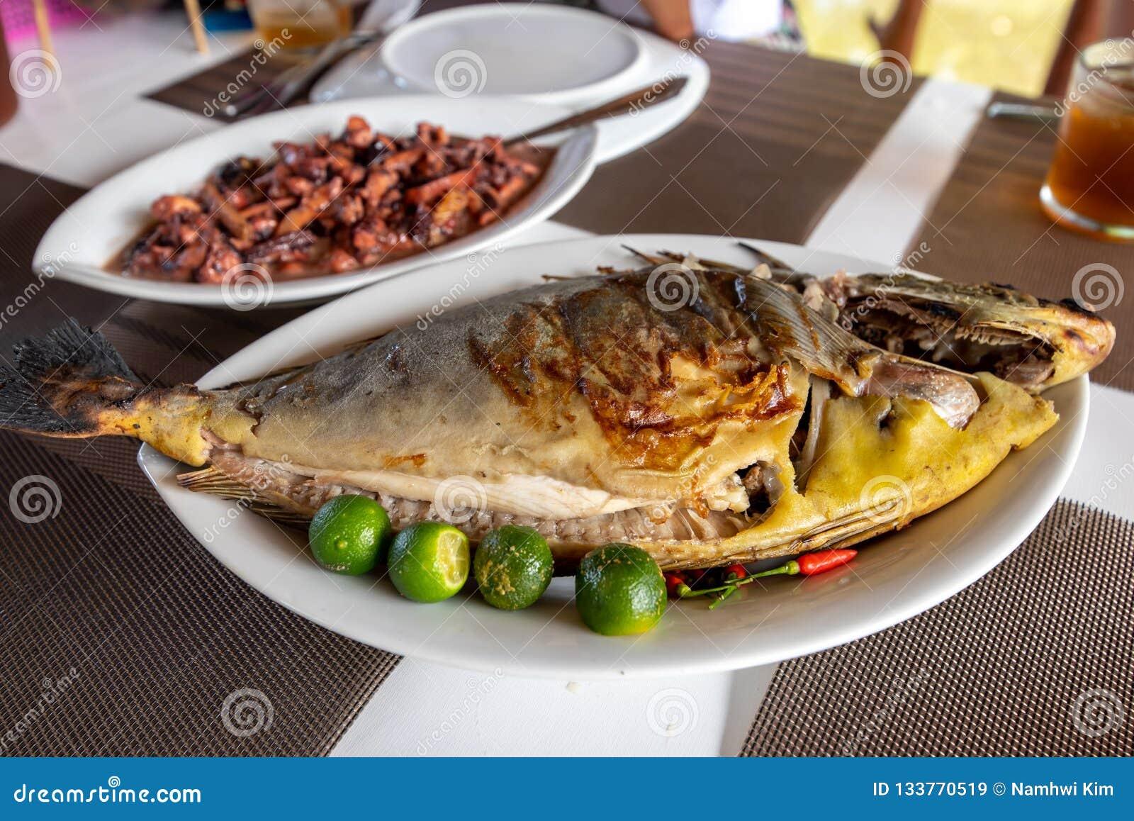 Comida filipina tradicional - asó a la parrilla a Unicorn Fish
