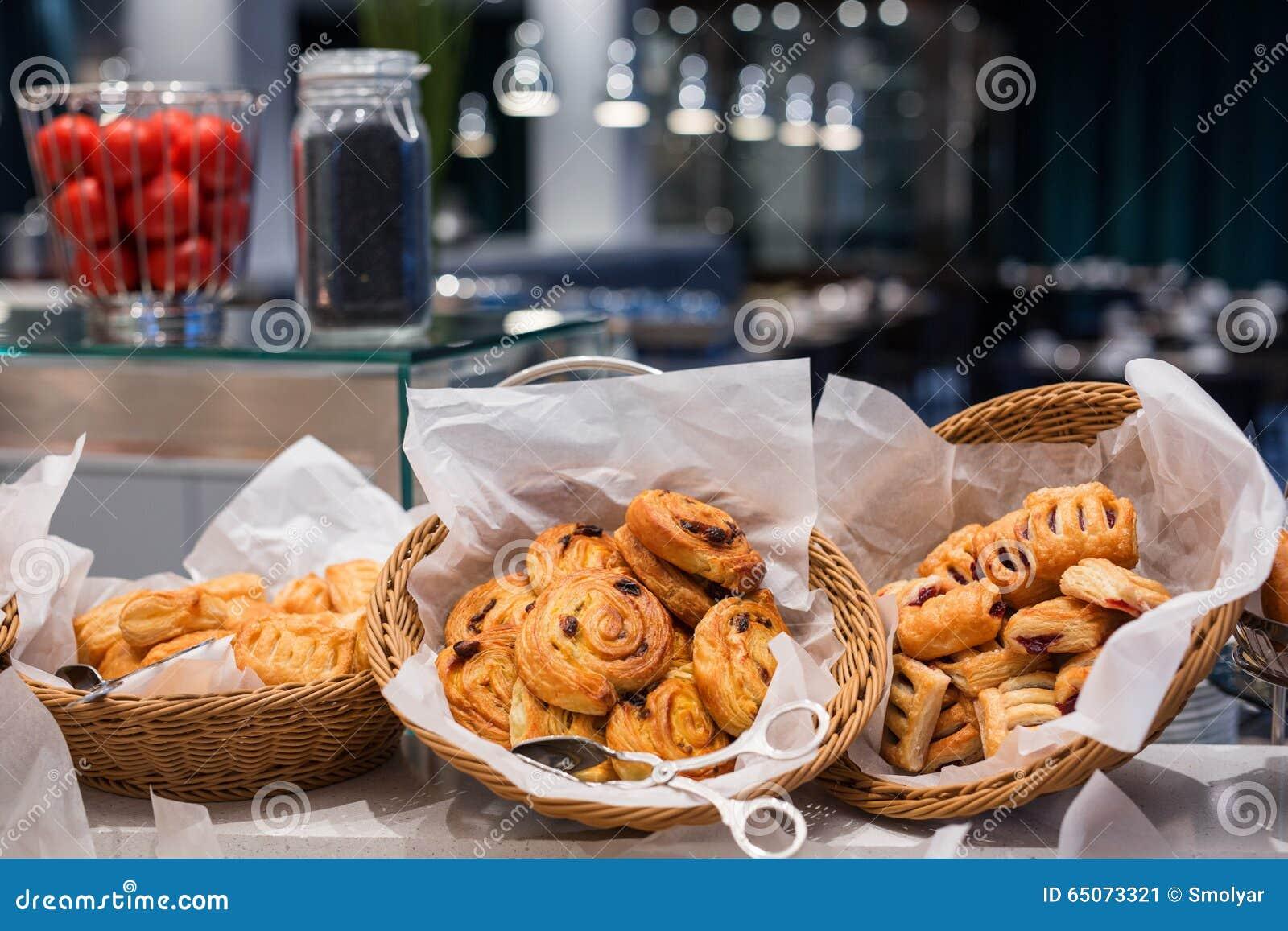 Comida fría de los pasteles para el desayuno o brunch dominical en interior del restaurante del hotel