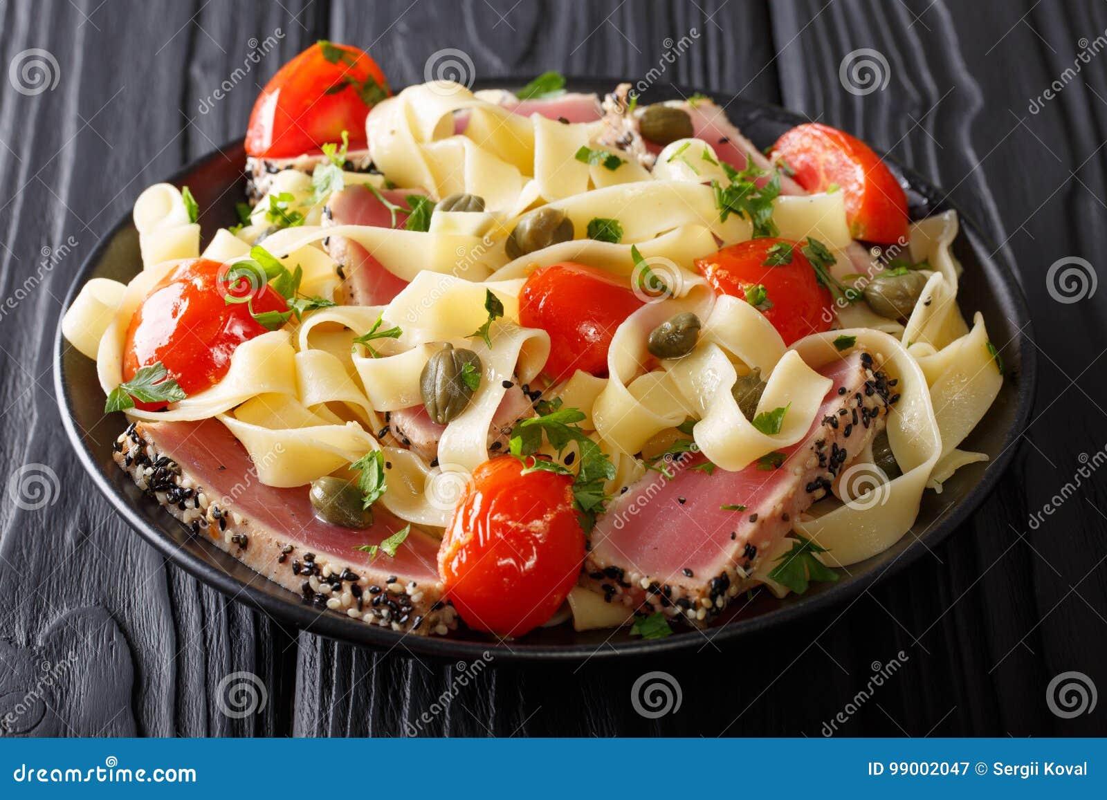 Comida gastrónoma: Pastas del Fettuccine con el filete de atún y el vegetab fritos