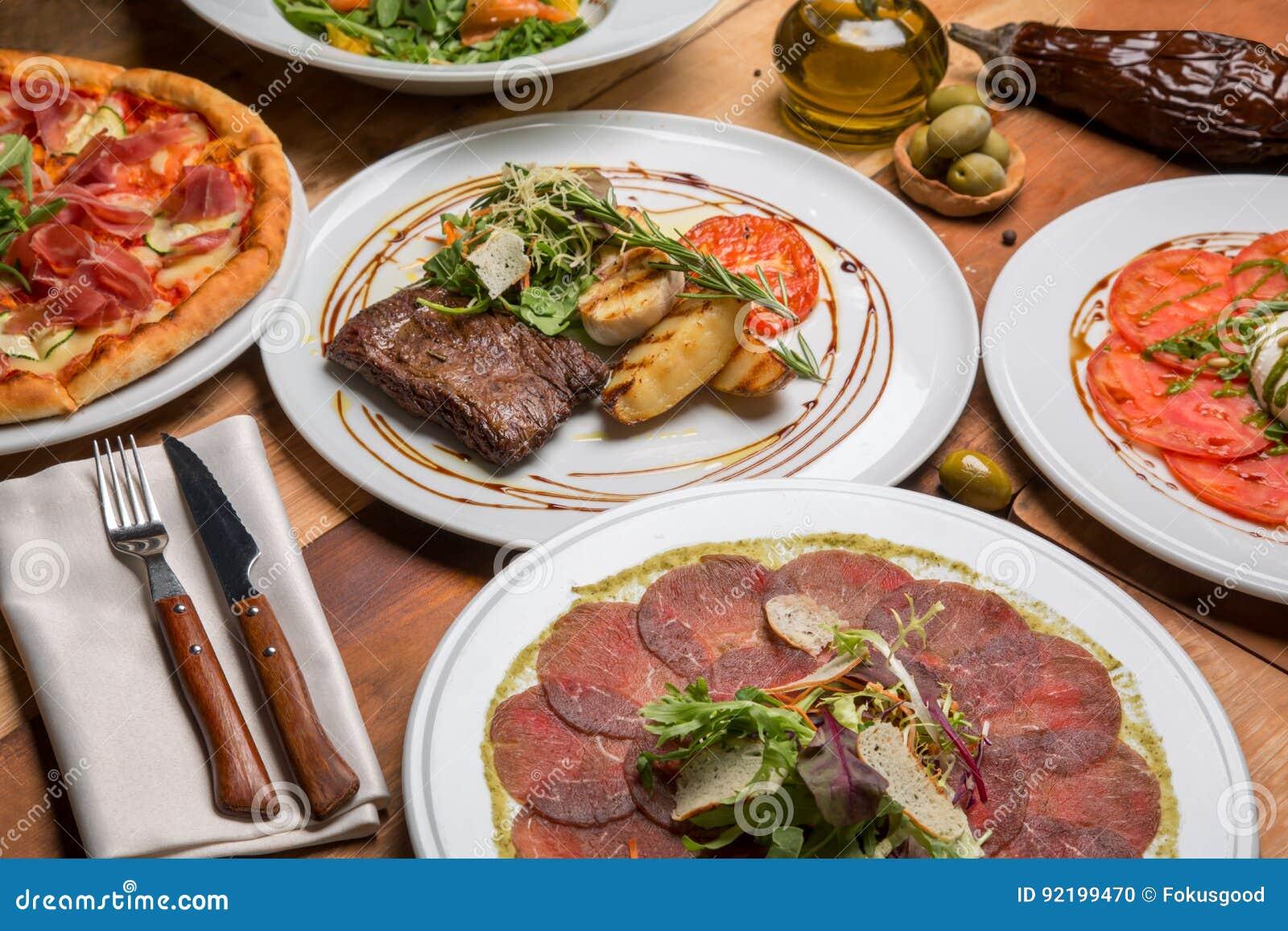 Comida italiana en una tabla próxima