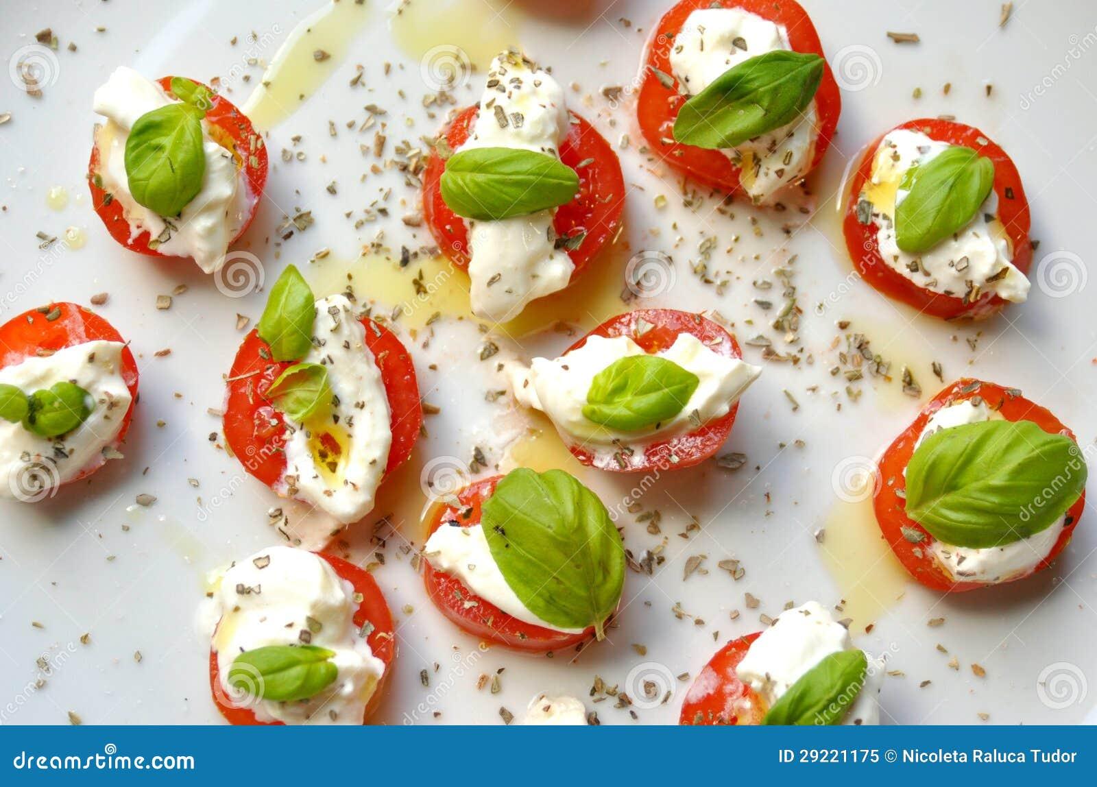 Comida italiana ensalada caprese en una placa blanca for Comida italiana