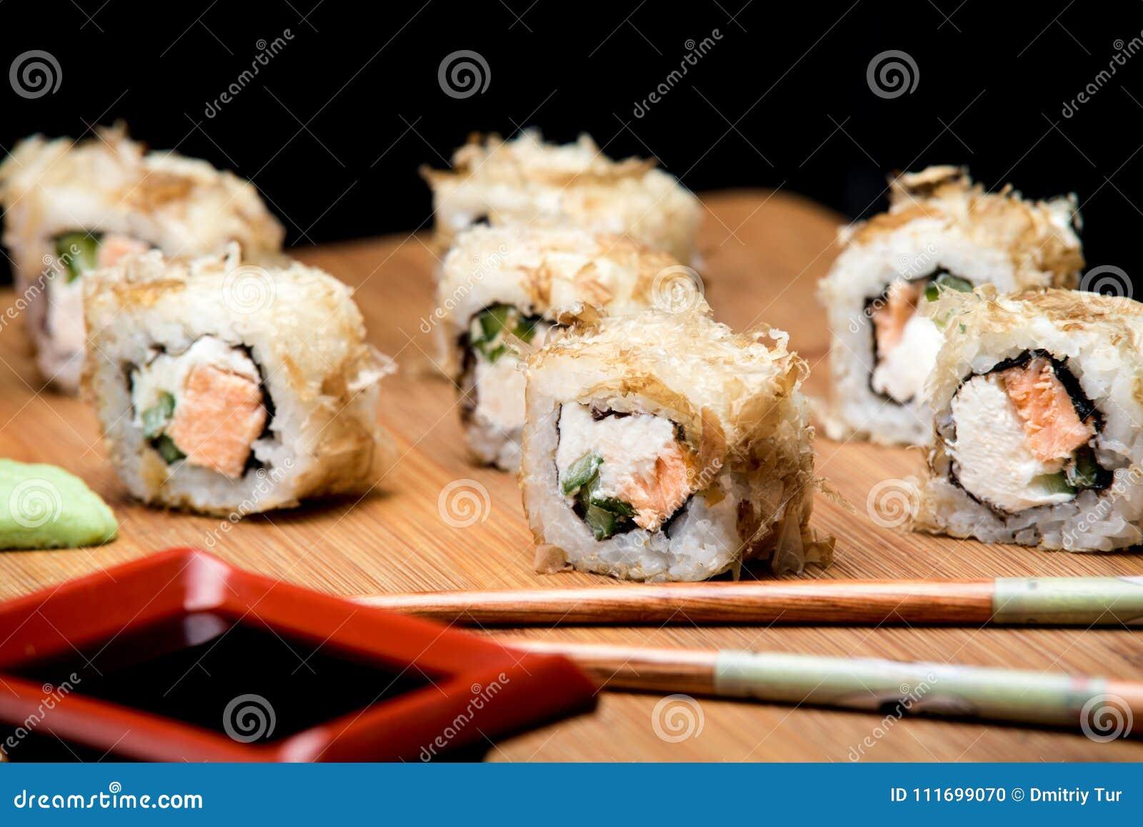Comida Japonesa Sushi Del Bonito Con Los Salmones Fritos