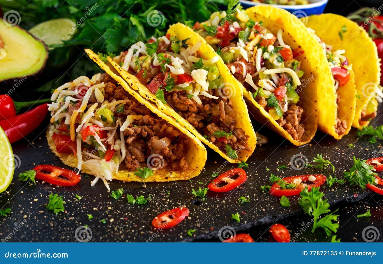 Comida mexicana - las cáscaras deliciosas del taco con la carne picada y el hogar hicieron la salsa