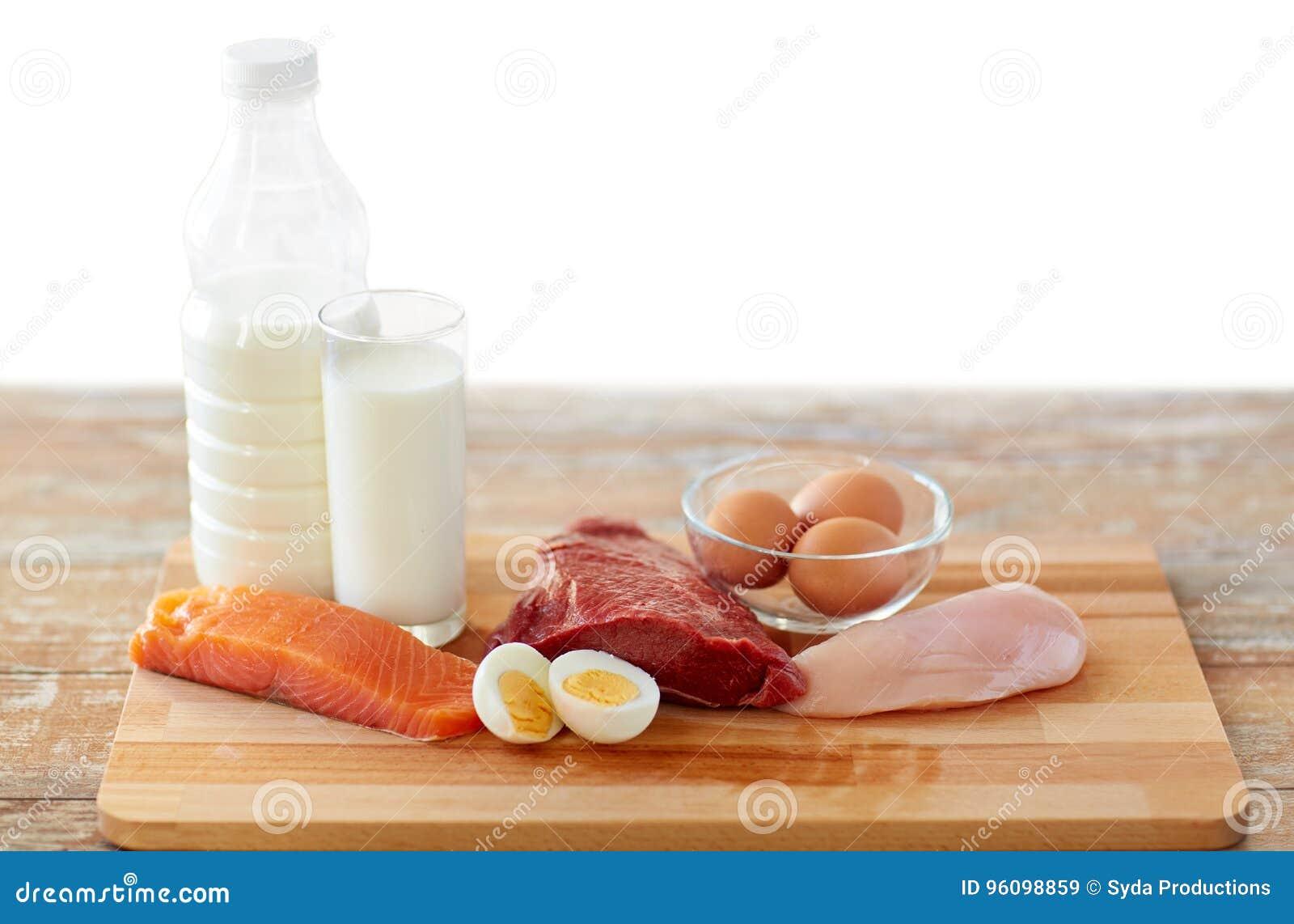 Comida natural de la proteína en la tabla de madera