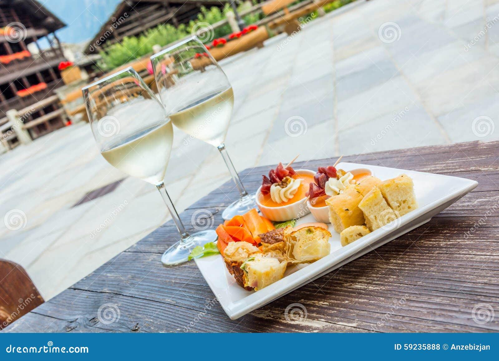 Comida para comer con los dedos sabroso en una tabla de madera