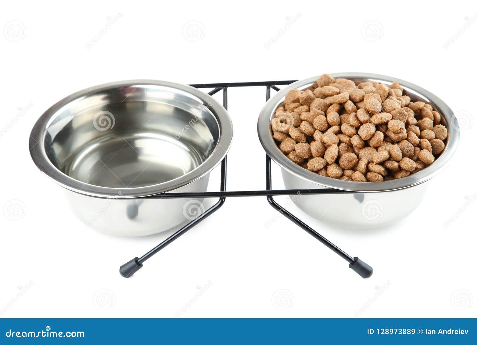Comida para gatos y agua en cuencos