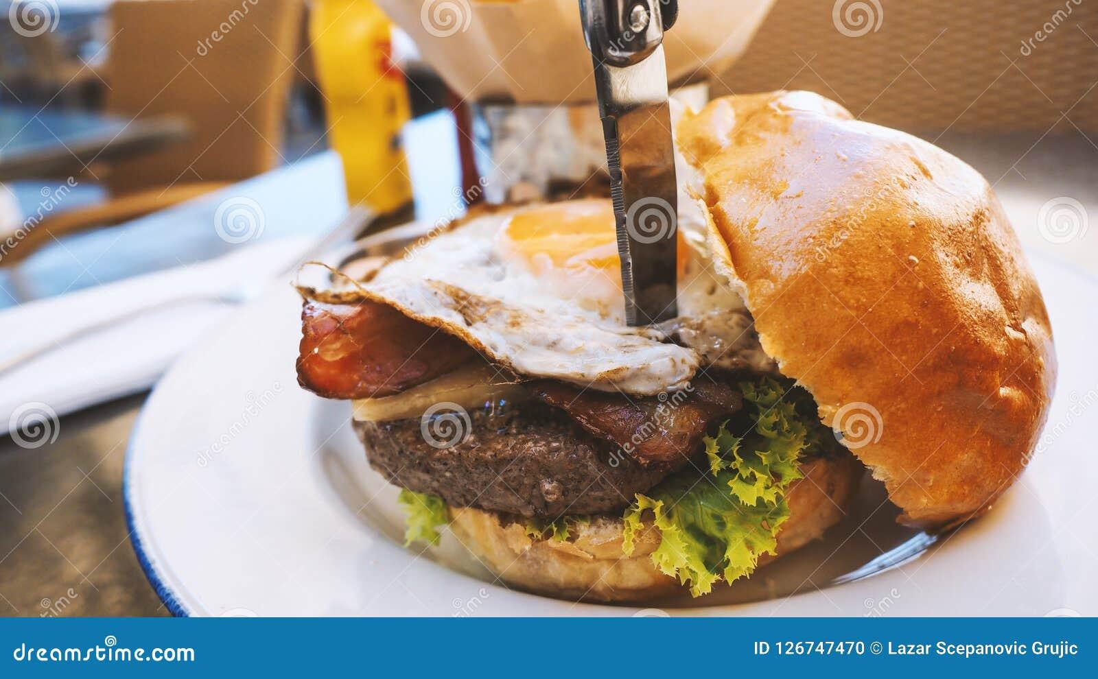 Comida perfecta de la hamburguesa en un restaurante del heavy