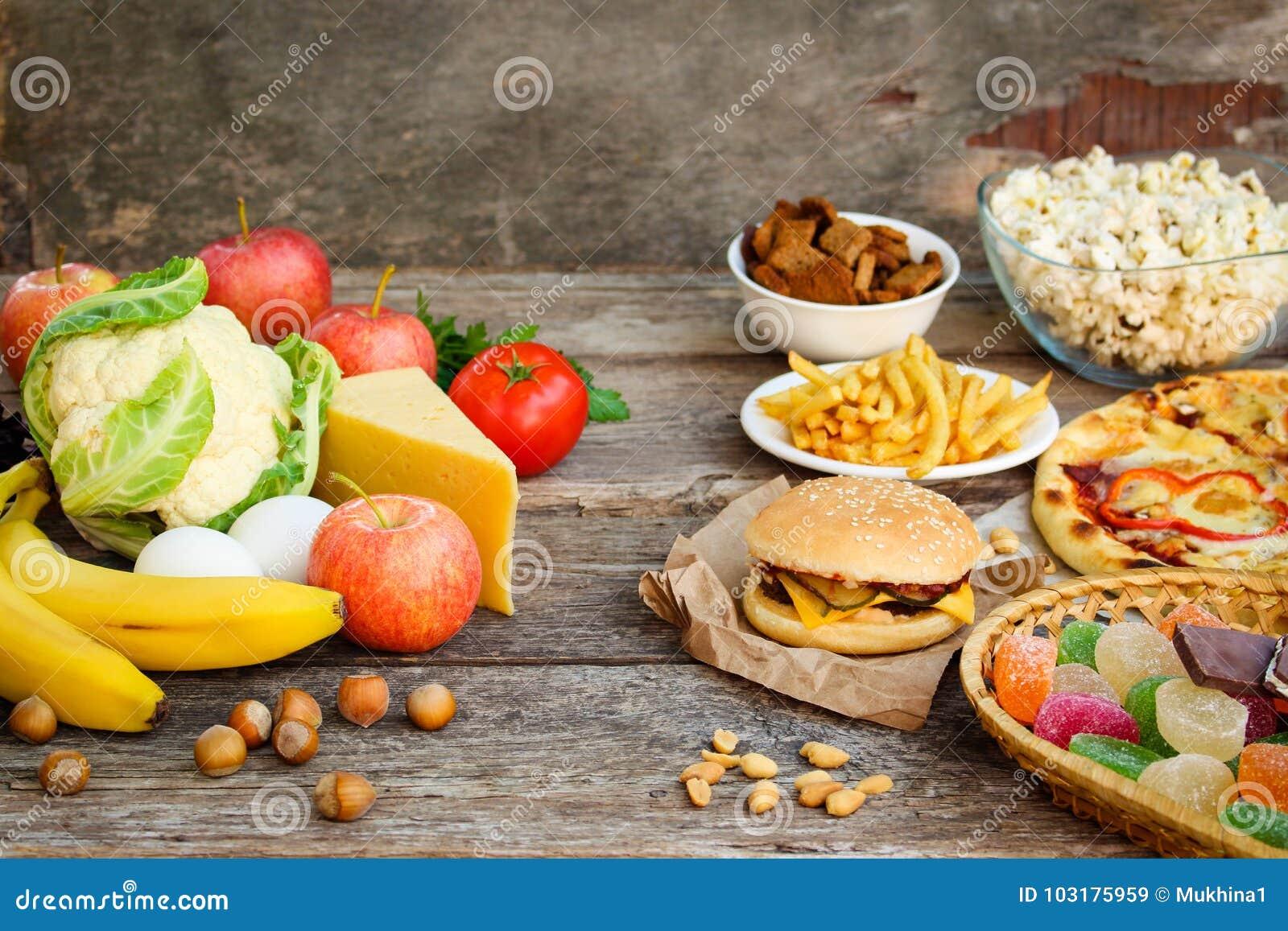 Comida rápida y comida sana Concepto que elige la nutrición correcta o de la consumición de los desperdicios