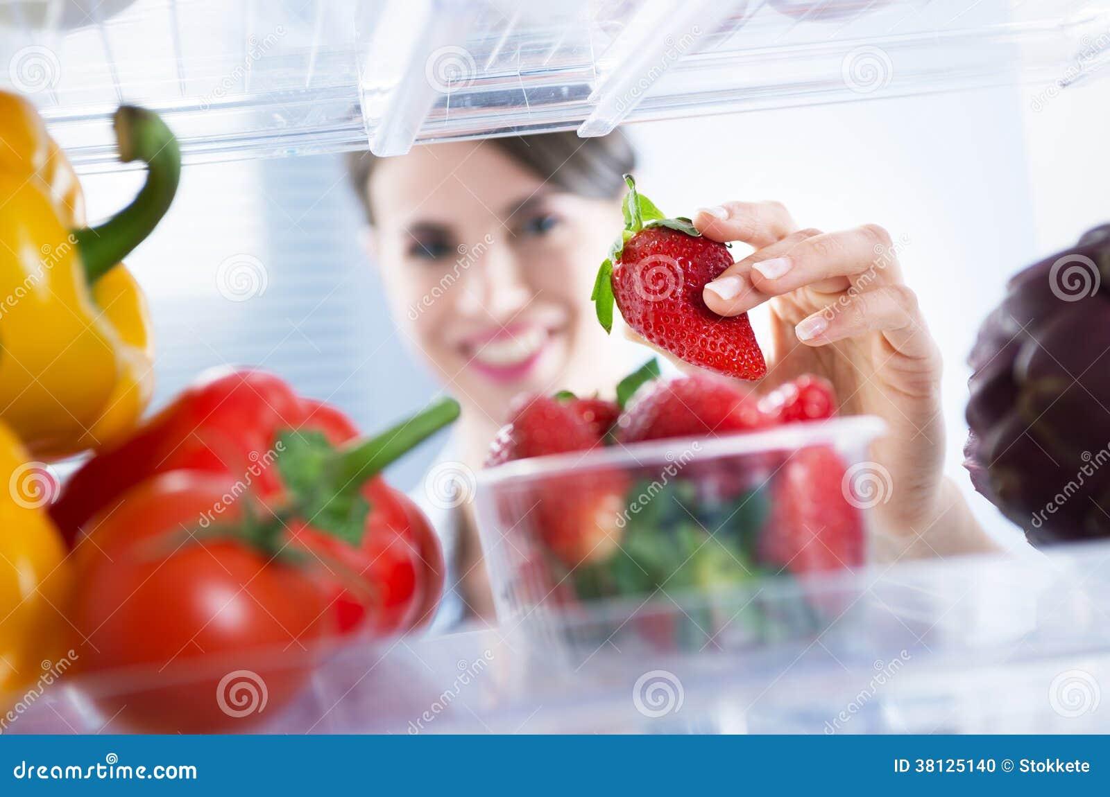 Comida sana en el refrigerador
