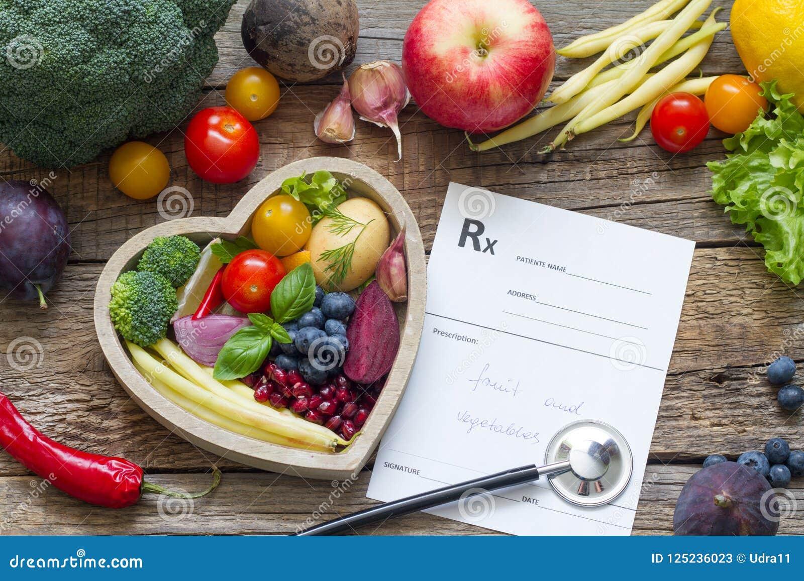 Comida sana en estetoscopio del corazón y dieta de la prescripción y concepto médicos de la medicina