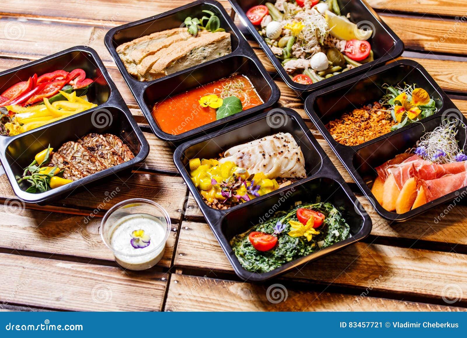 Comida sana y concepto de la dieta, entrega del plato del restaurante Llévese de comida de la aptitud