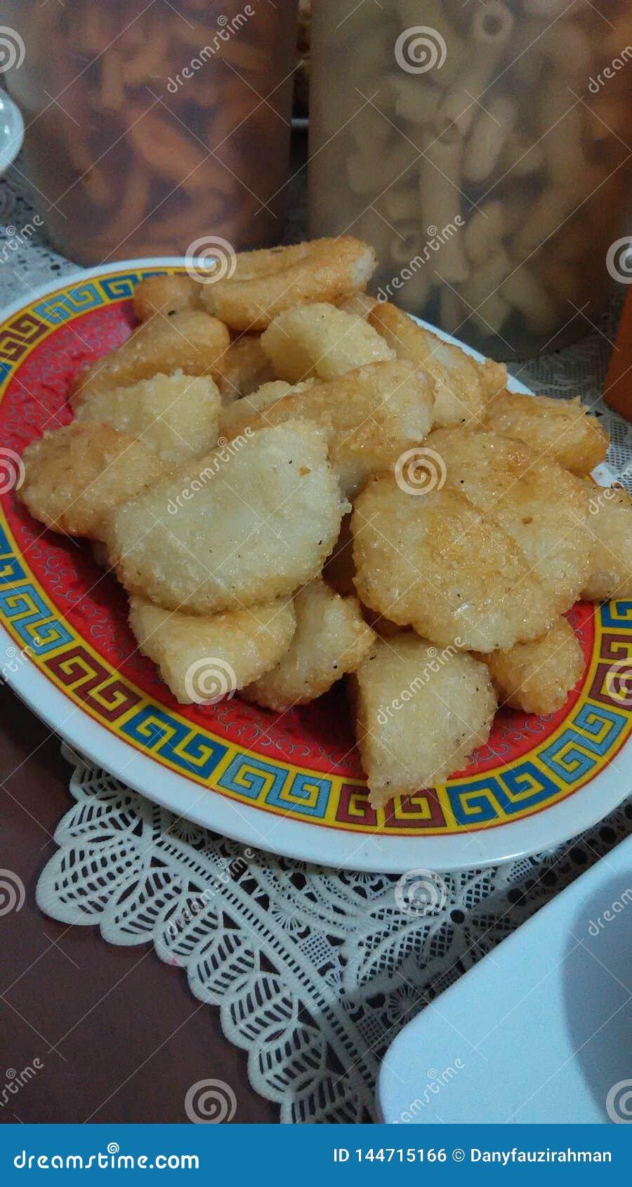 Comida tradicional frita de Indonesia del arroz pegajoso su ketan