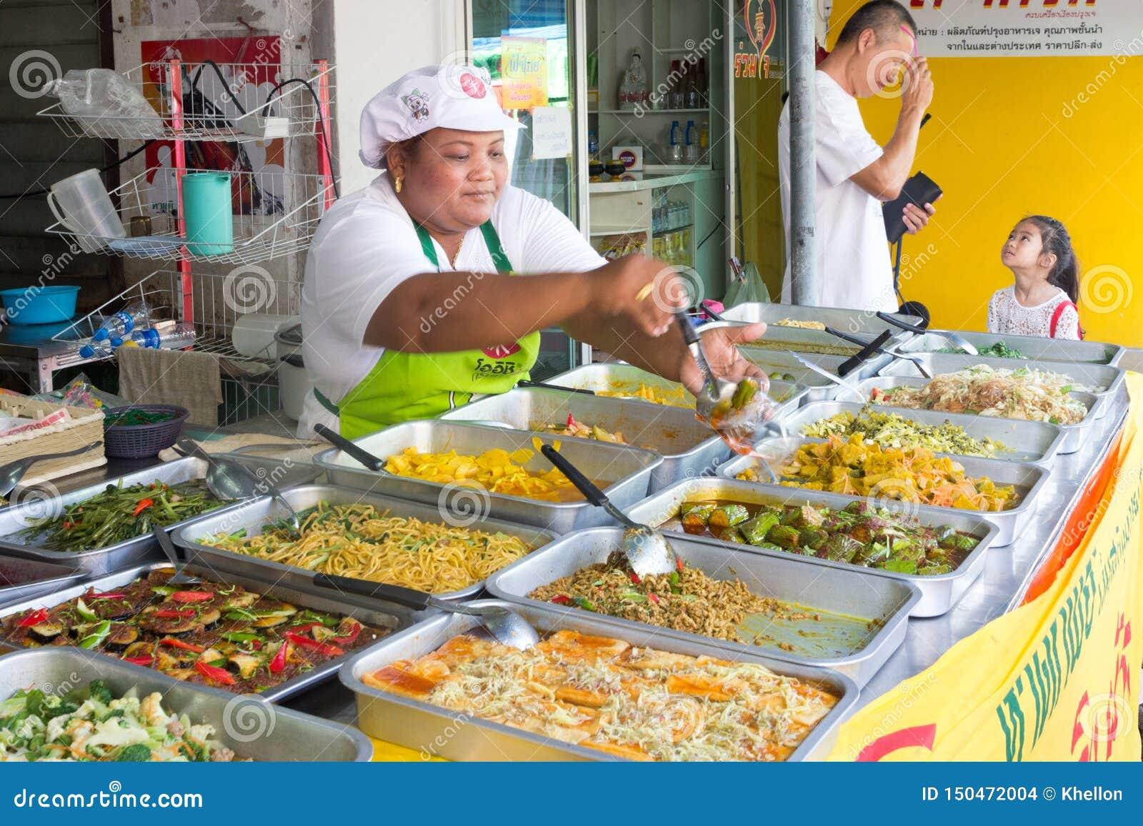 Comida vegetariana de servicio en el festival vegetariano anual de Phuket, PHuket, Tailandia