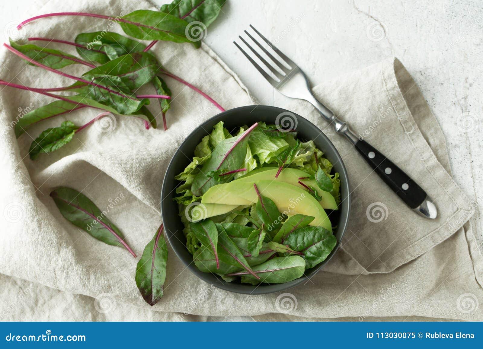 Comida verde del desayuno del vegano en cuenco Consumición limpia, adietando, concepto de la comida del vegano