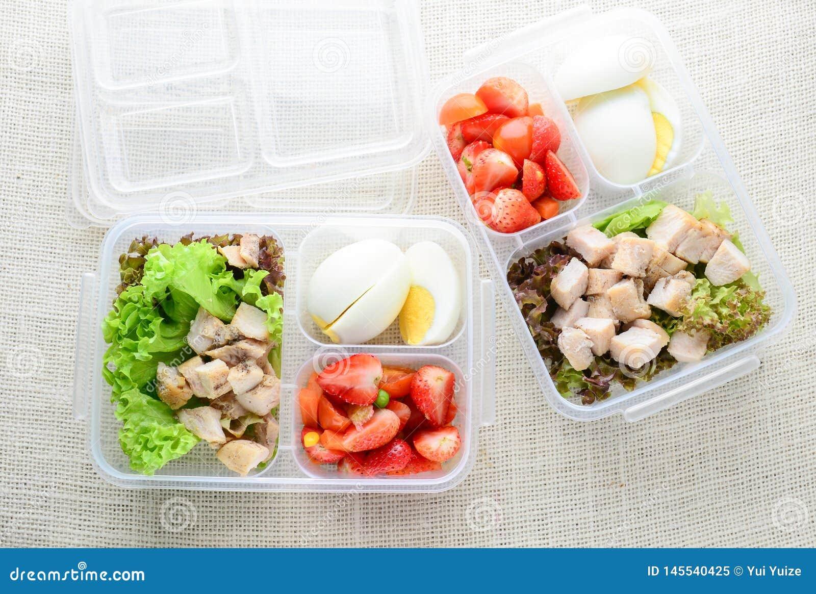 Comidas sanas y limpias en una caja