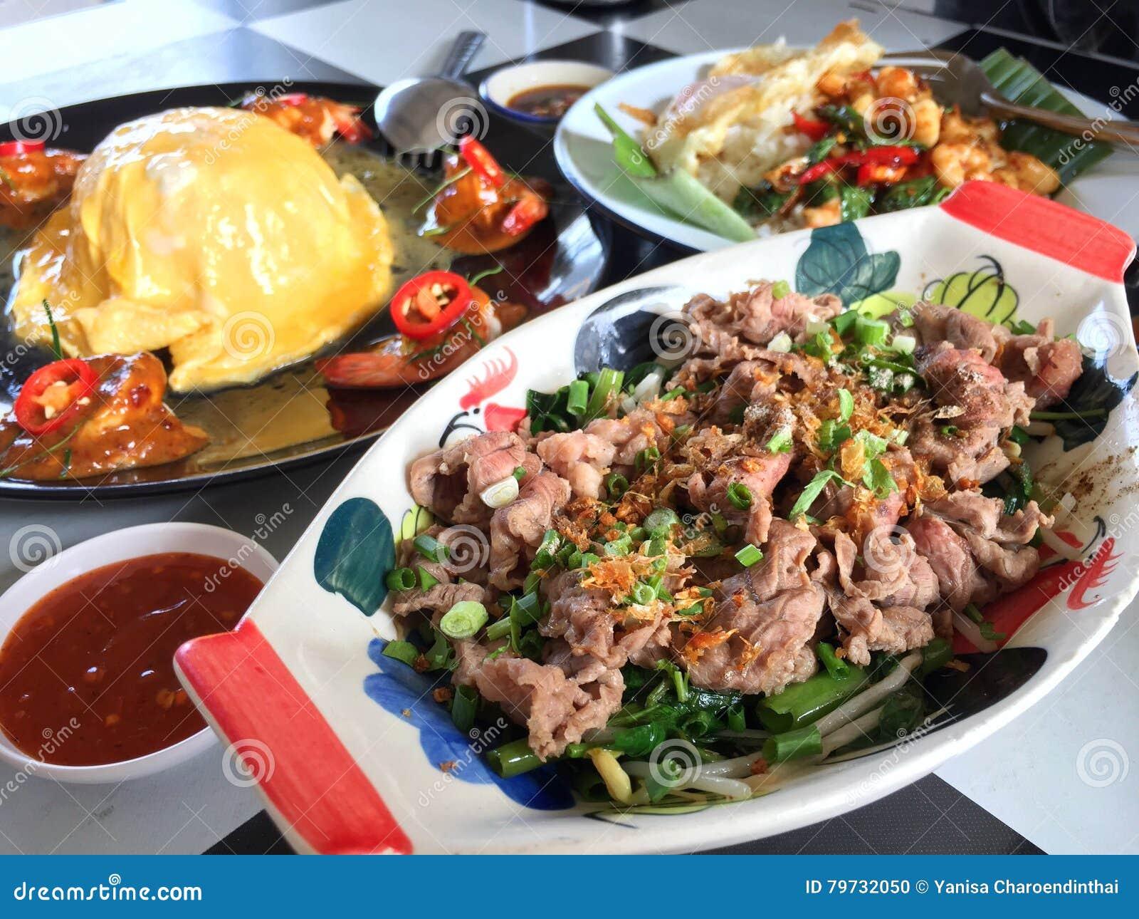 Comidas tailandesas de la calle 3 diversos platos