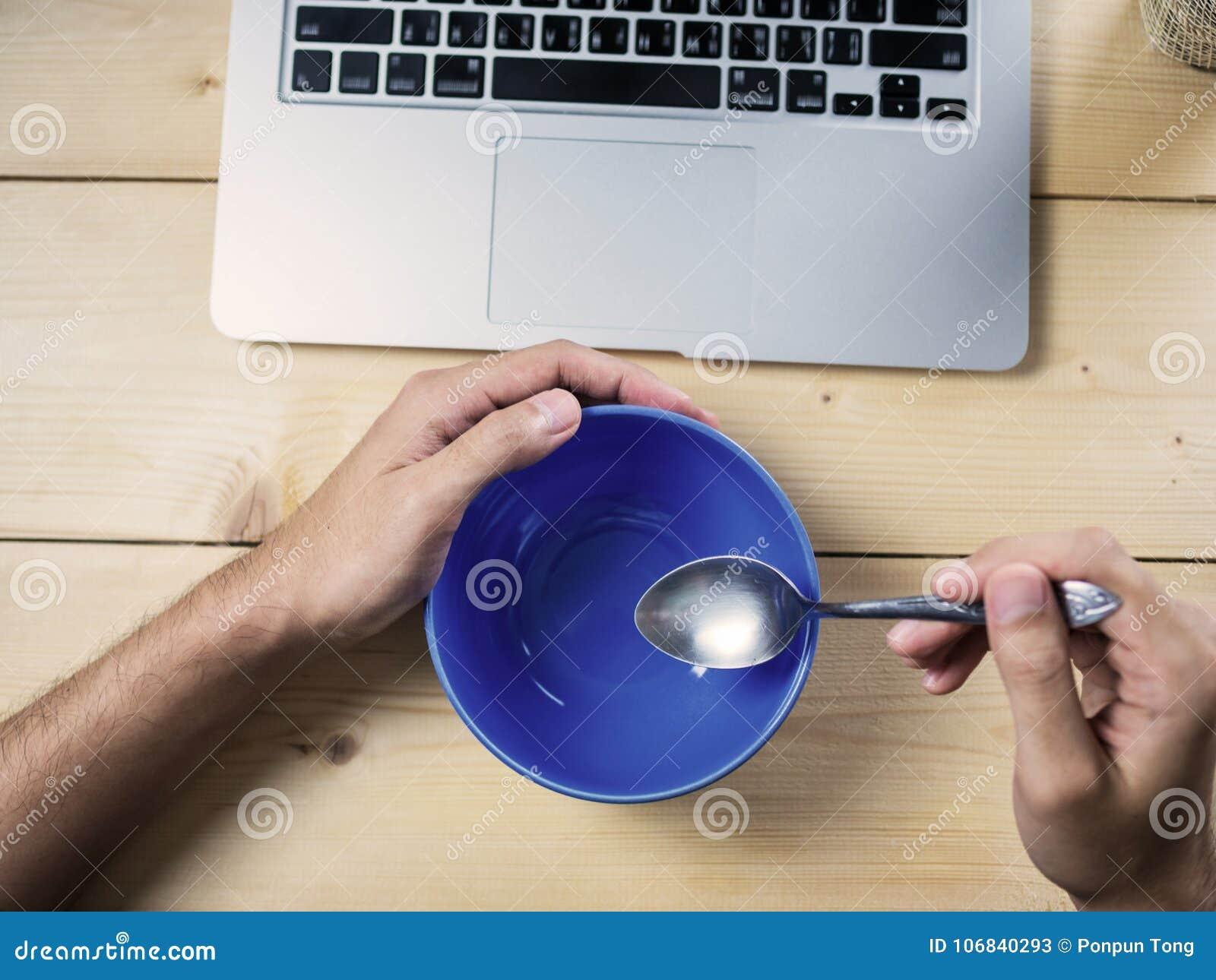 Comiendo en el escritorio del trabajo, cuenco vacío