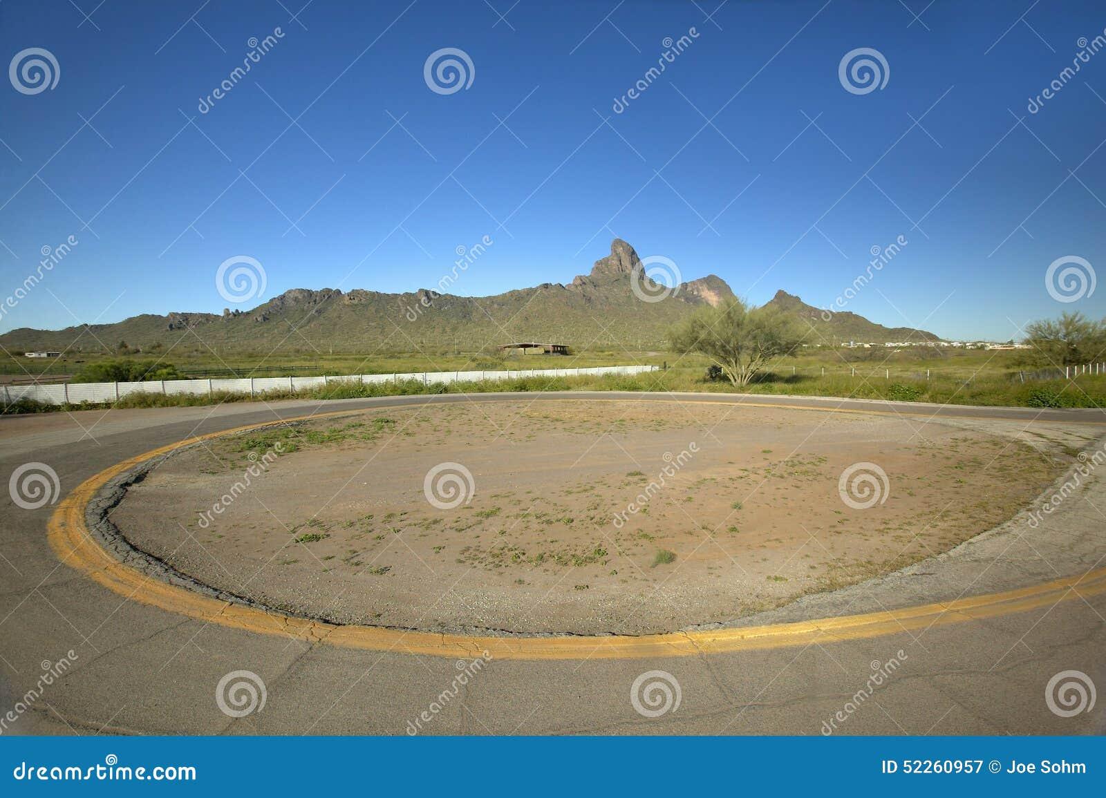 Commande circulaire vide dans le désert près du parc d état de crête de Picacho, AZ
