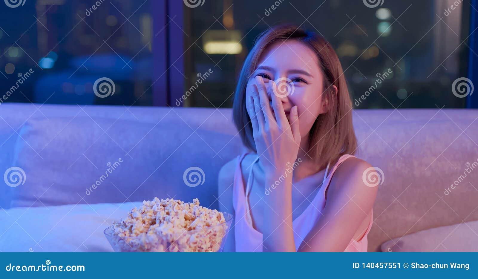 Commedia dell orologio della donna con popcorn