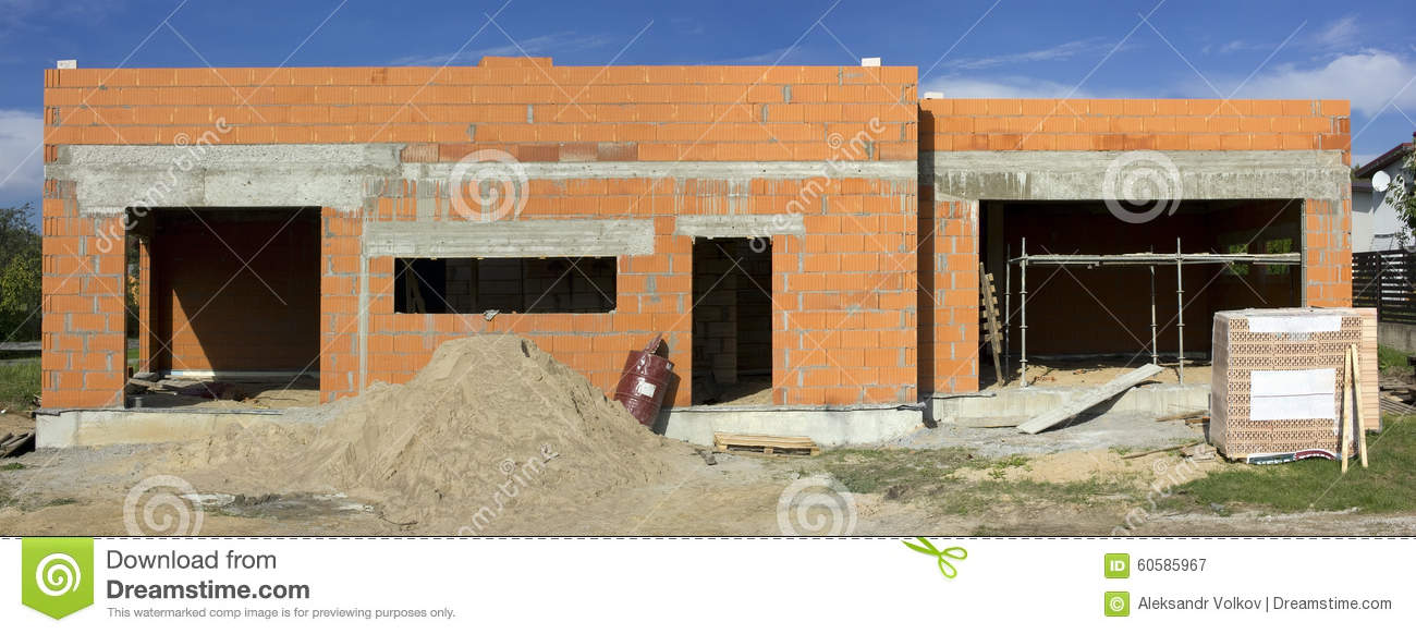 A commenc la construction de la maison rurale de brique rouge photo stock image 60585967 for Construction maison brique