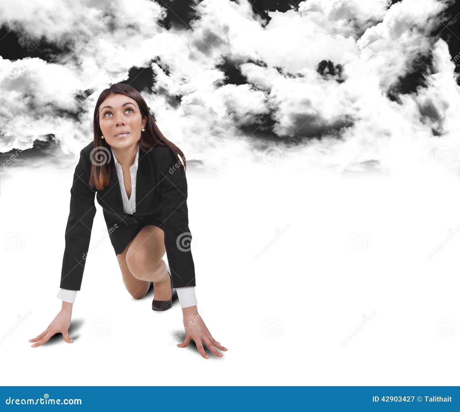 Commencez la femme au-dessous des nuages noirs