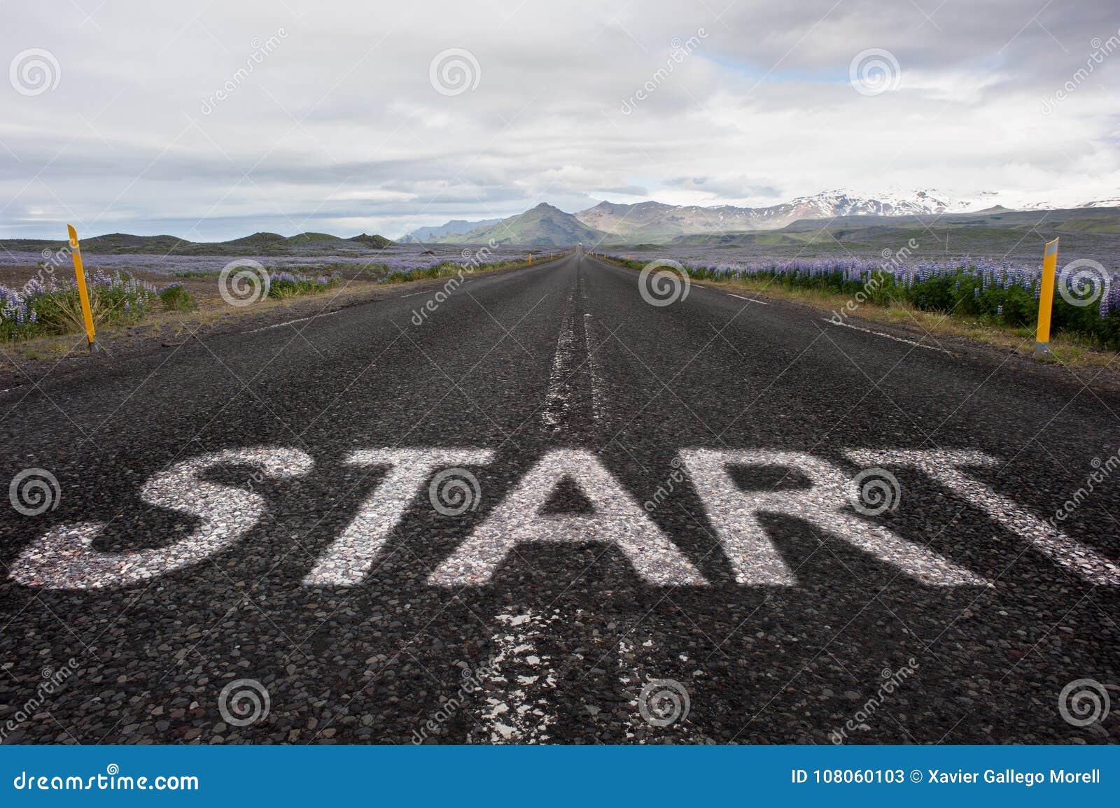 Commencez le mot peint sur l asphalte