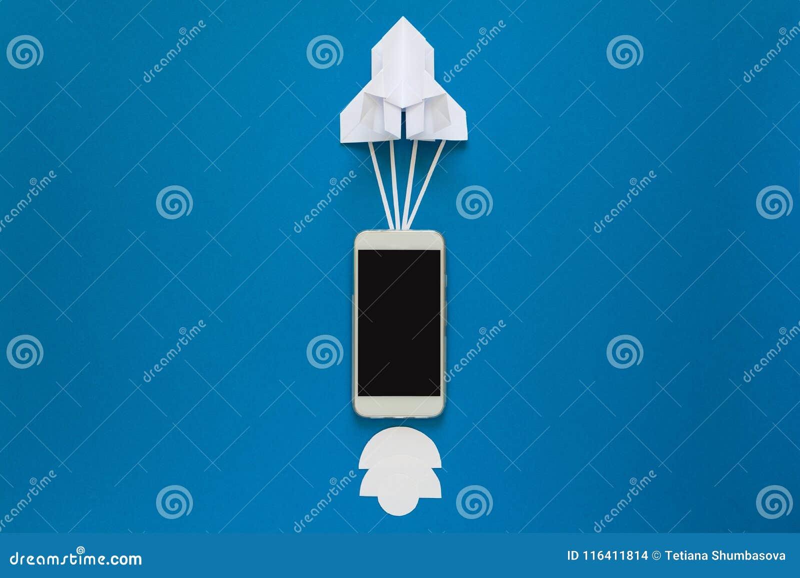 Commencez ou concept rapide de connexion La fusée de papier de lancement avec le téléphone intelligent sur le ciel bleu avec des