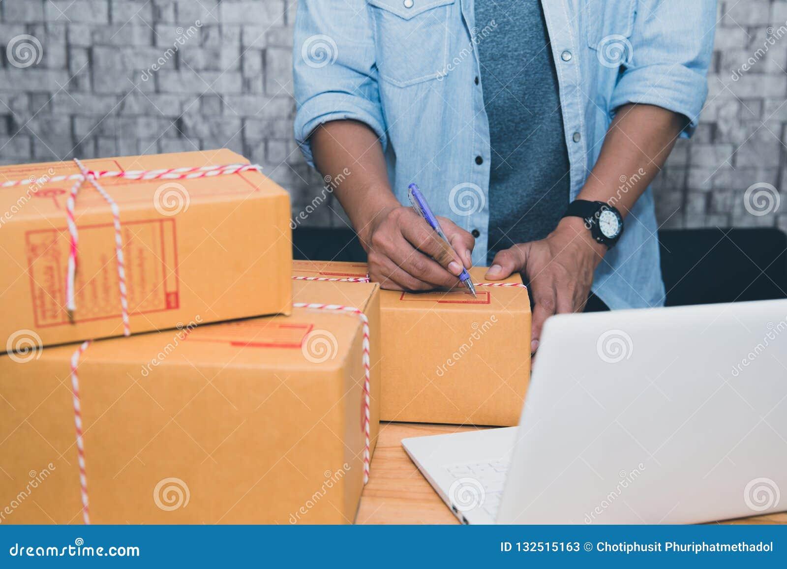 Commencez PME d entrepreneur de petite entreprise ou homme asiatique indépendant travaillant avec le concept de boîte à la maison