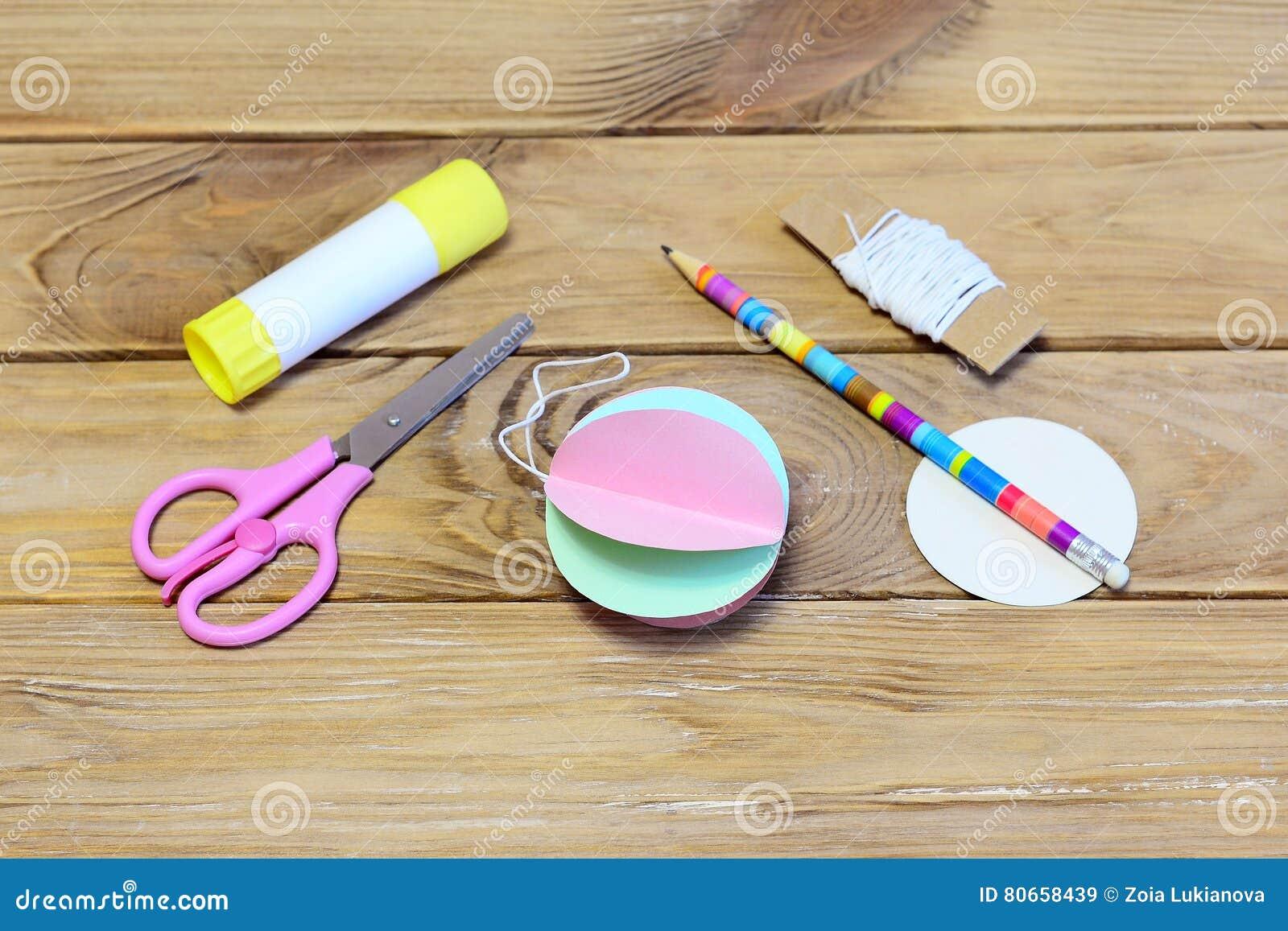 Comment Faire Des Boules En Papier comment faire un ornement de boule de noël de papier coloré