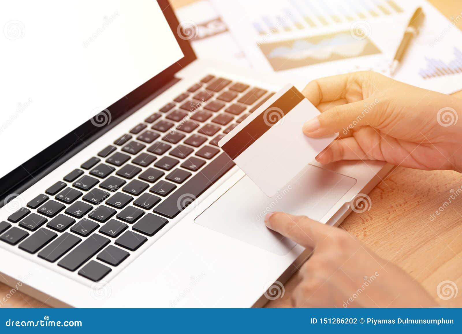 Commerce électronique et concept en ligne de achat femme jugeant une carte de crédit et un achat effectuant le paiement en ligne