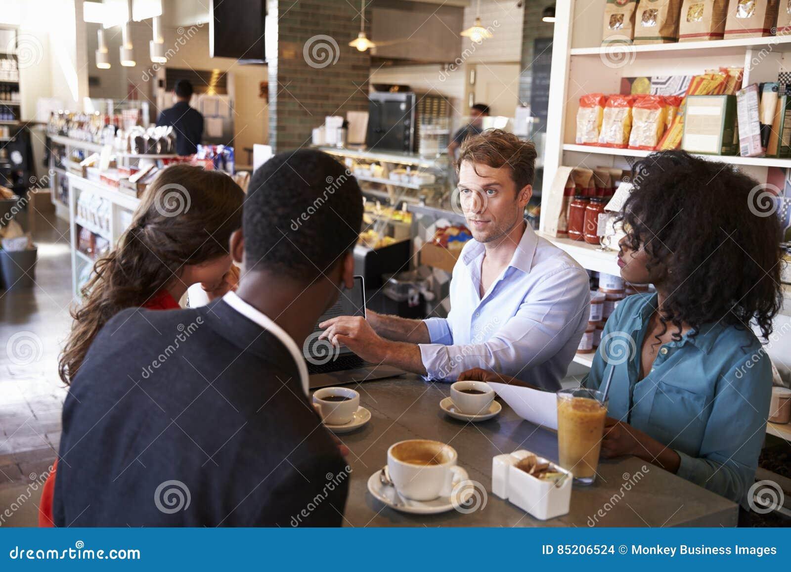 Commerciële Groep die Informele Vergadering in Koffie hebben