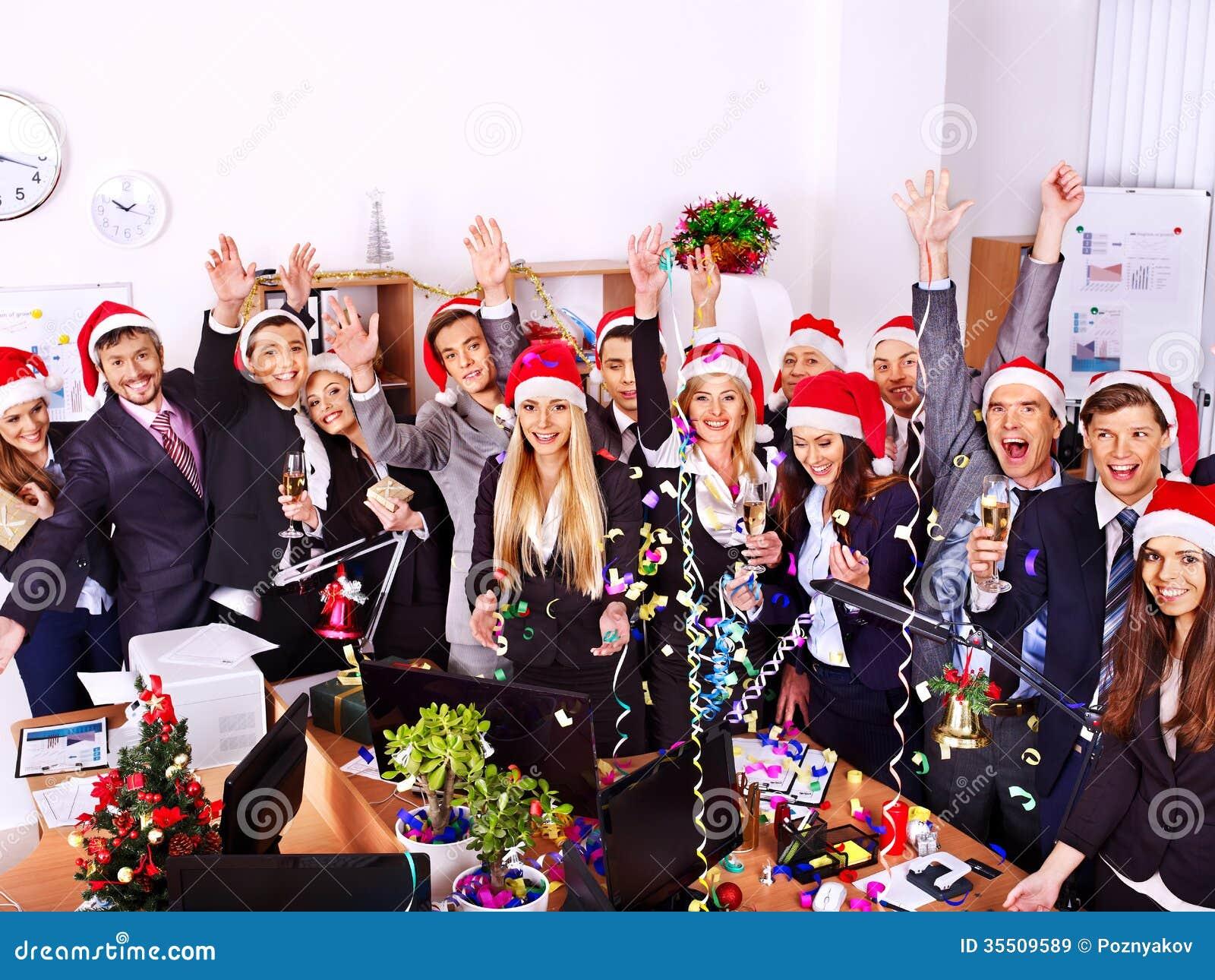 Commerciële groepsmensen in santahoed bij Kerstmispartij.