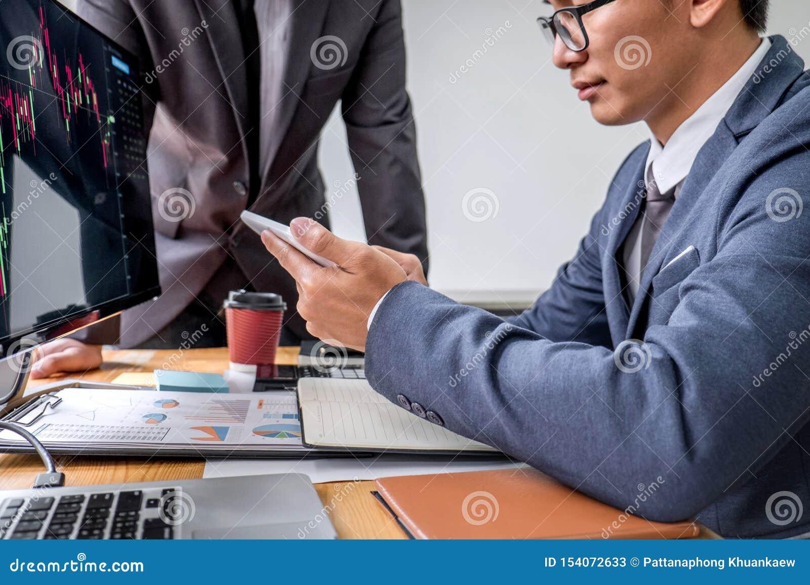 Commerciële teampartner die met computer, laptop, bespreking en het analyseren van grafiekeffectenbeurs handel met de gegevens va