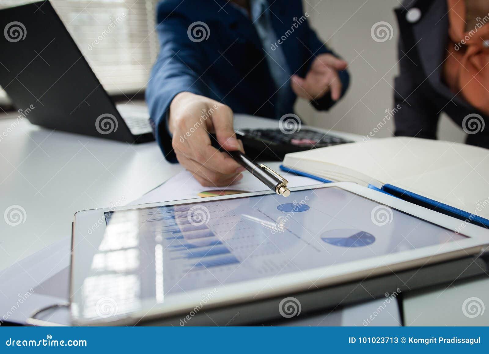 Commerciële teamvergadering die het project raadplegen professionele investeerder die het project werken Conceptenzaken en financ