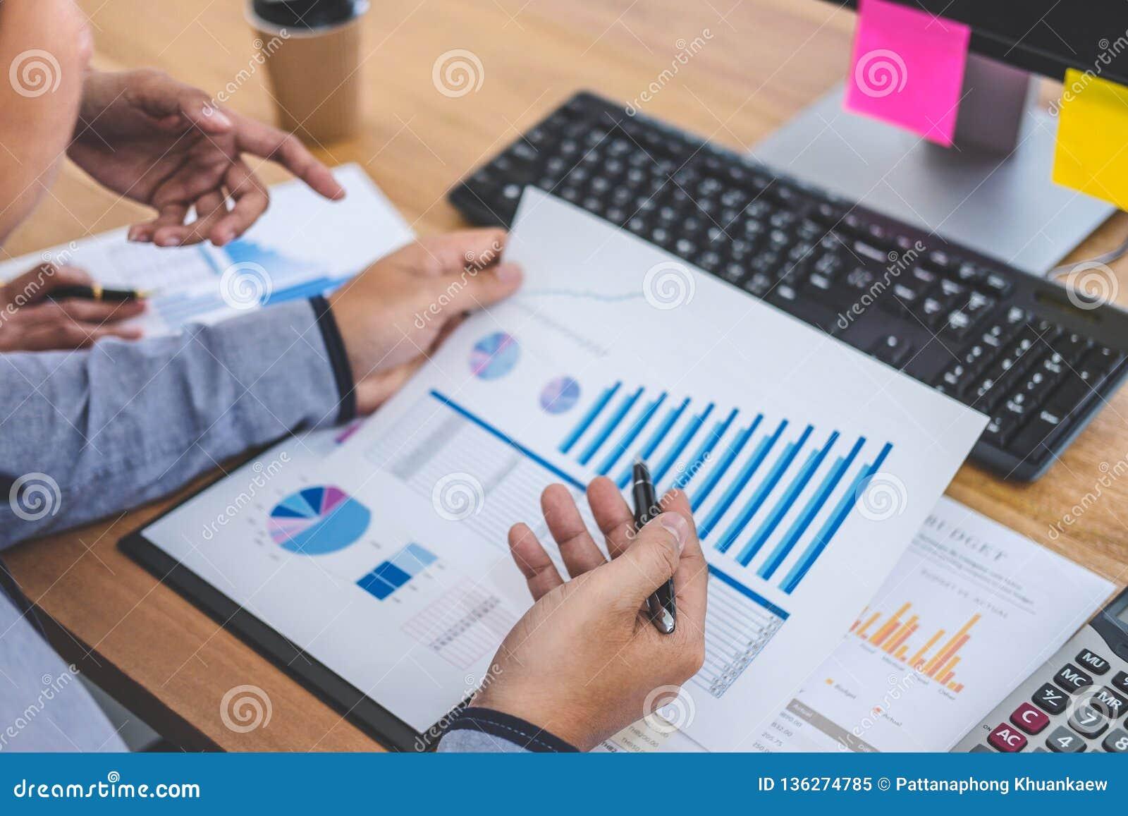 Commerciële teamvergadering die met nieuwe startproject, besprekings en analysegegevens werken de grafieken en de grafieken, comp