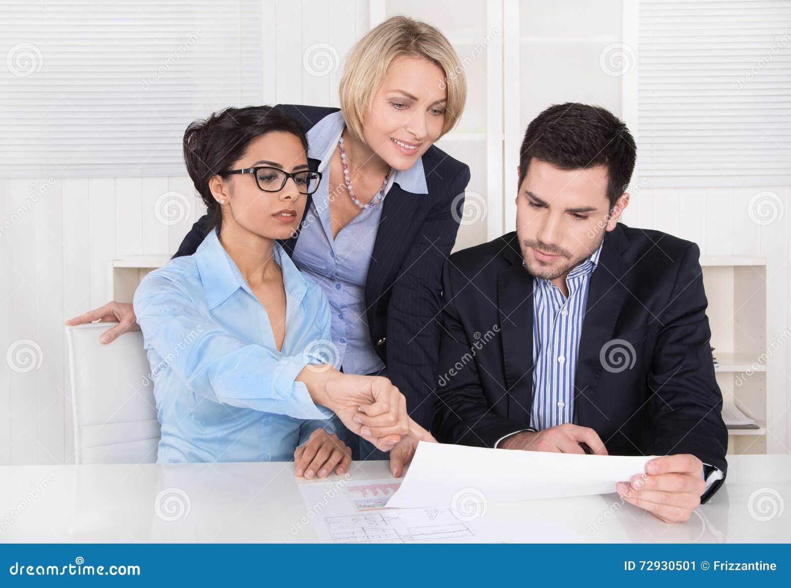 Commerciële vergadering Drie mensen die bij de lijst in een bureau zitten
